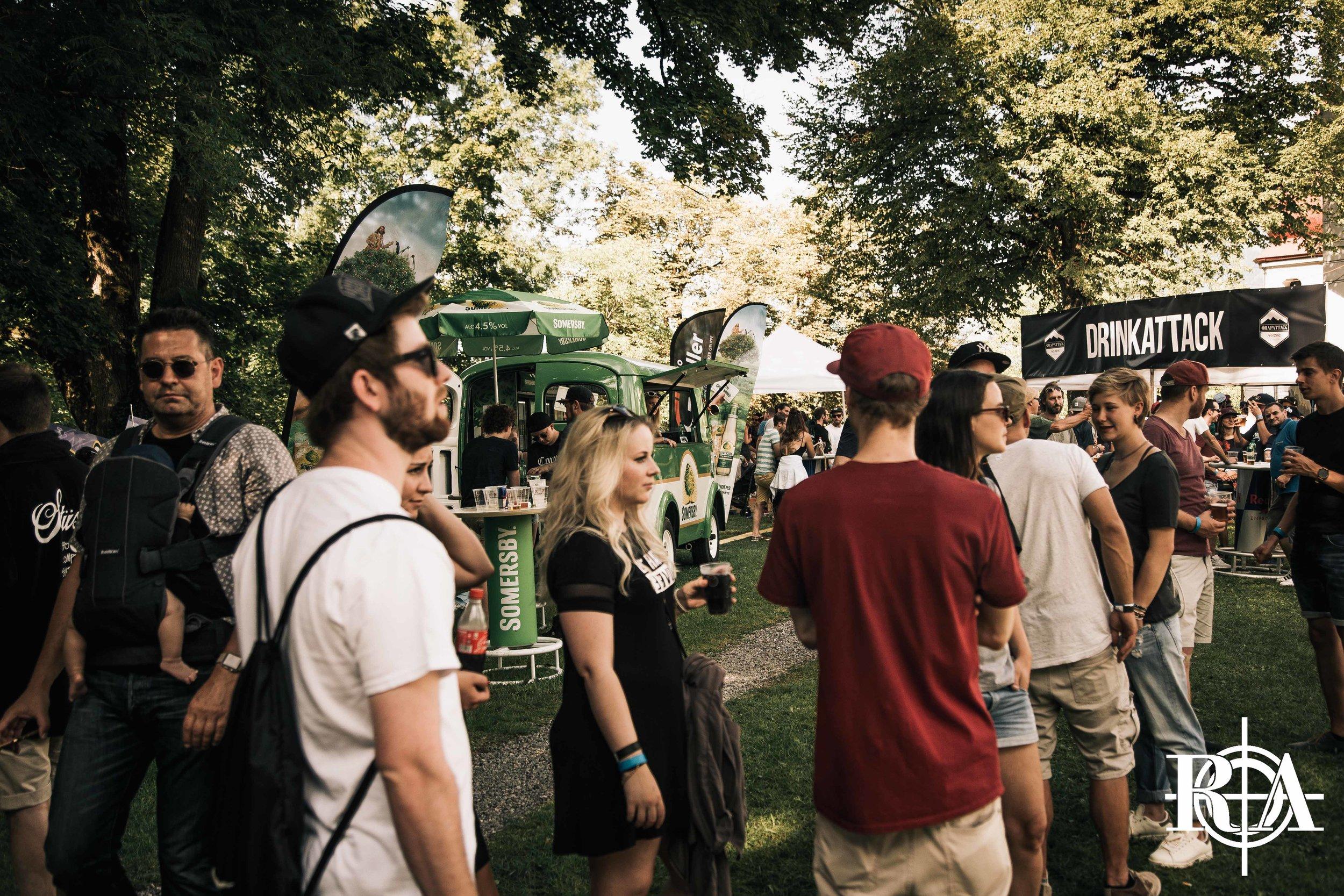 DRINKS - Natürlich gibt es dieses Jahr am Rapattack Festival und den beiden Partys wieder unsere Rapattack Bars. Am Festival präsentieren wir euch dieses Jahr neu die Aurum Bar. Der Luzerner Barchef wird euch tagsüber, als Abwechslung zum Bier, mit fruchtigen Cocktails bedienen.