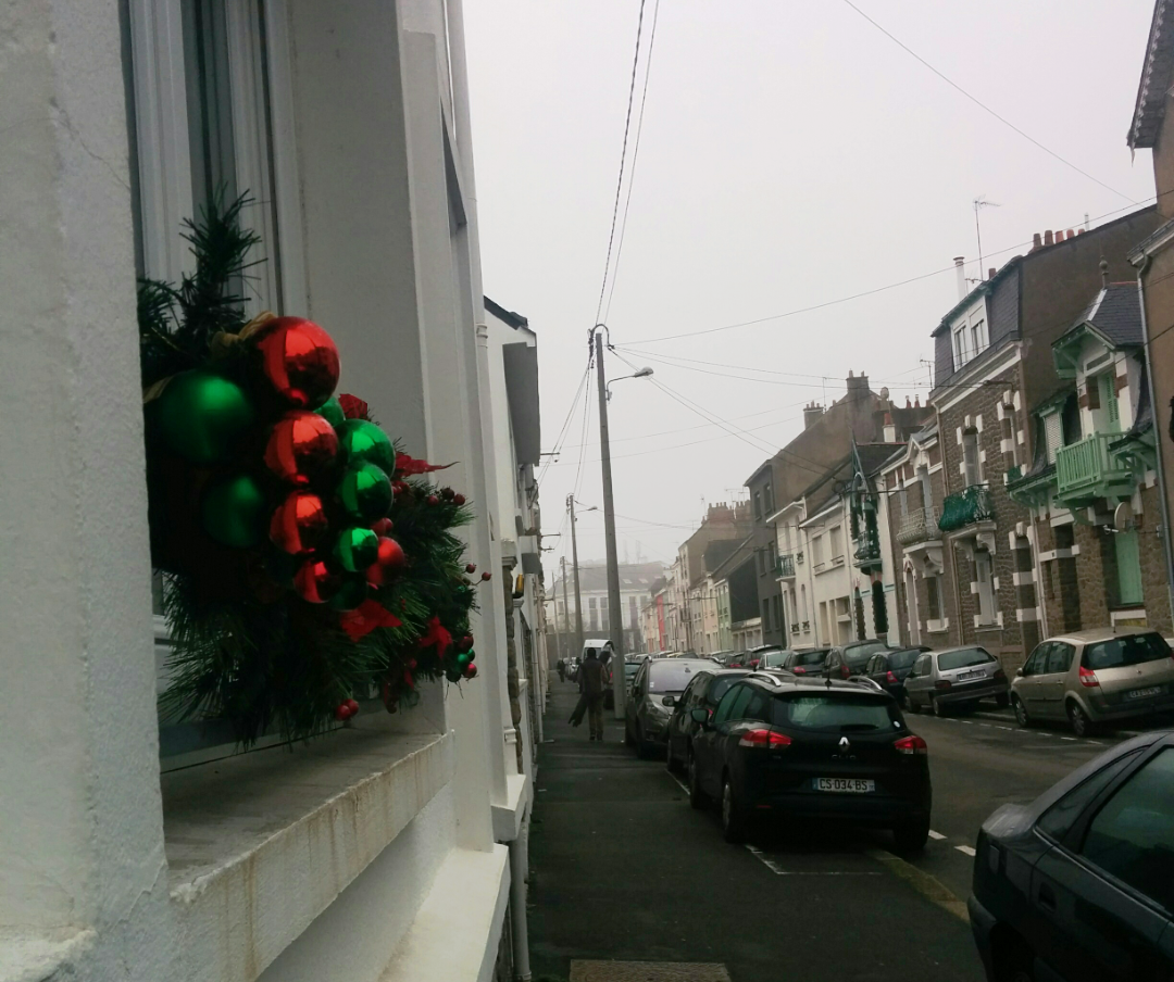 Minimal but inviting Christmas decorations - Saint Nazaire, France