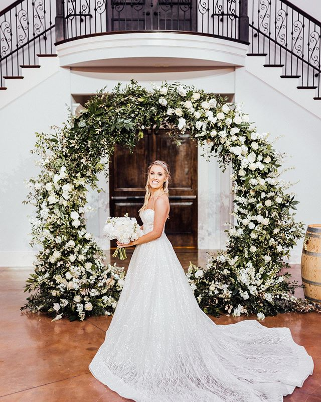 SO MUCH gorgeous-ness going on in this 📸 by @loveleighco.photos 😍 Such a stunning wedding!!! When @annak95 showed us some of her inspo for her wedding arbor florals, we were sooo excited and truly loved creating this☺️ Arbor rental: @ccollectif . . . #weddings #weddingceremony #weddingarch #elegantbride #classicwedding #floralarch #floralinspo #foamfree #floraldesign #summerbride #summerwedding #vineyardwedding #bouquet #brides #bridestyle #weddingdecor #weddingdetails #weddingdesign #weddingstyle #weddingflowers #southernweddings #southernbride