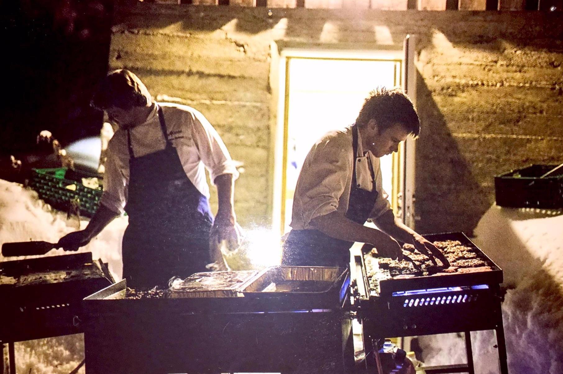 Paa Bordet - Langtidsstekt CharolaisServert i tynnbrød med salat, saltbakte beter, syltet løk og estragonsaus.Charolais BiffburgerServeres i brød med cheddarsaus, eplesalat, chilimajo og fritert løk.VegetarTynnbrød med salat, saltbakte beter, syltet løk og estragonsaus.Ramsløkpølse fra AnnisMed potetsalat i brød.