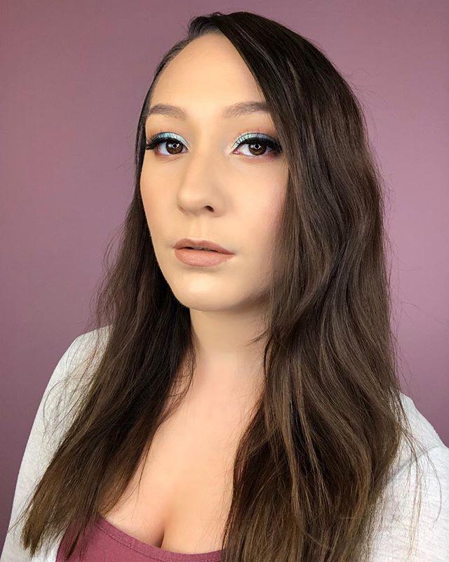 Peek-a-blue 💙 I used the @urbandecaycosmetics On The Run eyeshadow palette to create this cute eye look with a pop of colour! ———————————————— Skincare: @olehenriksen @drunkelephant  Primer: @tartecosmetics  Foundation: @narsissist  Concealer: @jouercosmetics  Setting Powder: @fentybeauty  Eyeshadow Palette: @urbandecaycosmetics  Eyeliner: @ciatelondon  Mascara: @hourglasscosmetics  Lashes: @lillylashes  Lip Liner: @rimmellondoncan  Lipstick: @doseofcolors @desiperkins @katy • • • #urbandecay #urbandecaycosmetics #makeup #mua #makeupartist #artist #londonontario #browneyes #blue #blueeyeshadow #brownhair #brunette #ringlight #glam #eyelashes #olehenriksen #drunkelephant #tartecosmetics #nars #jouer #fentybeauty #ciatelondon #hourglass #lillylashes #rimmellondon #doseofcolors #desiperkins #katy #lustrelux