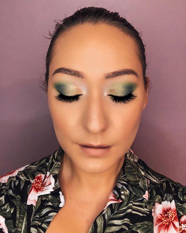 ✨ Green Queen ✨ • • • #makeup #mua #makeupartist #londonontario #londonmakeupartist #londonontariomakeupartist #green #lightroom #green #floral #londonmua #mualondonontario #advancedselfie #lashes