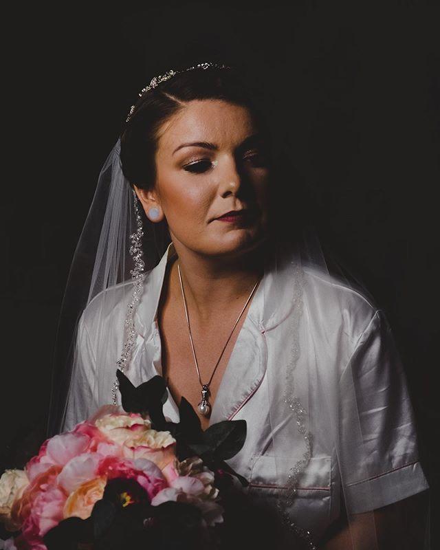 🛑STOP🛑  Check out this stunning bride! 😍 ▫️▫️▫️▫️▫️▫️▫️▫️▫️▫️▫️▫️▫️▫️▫️ 👰🏻:@rebeccabrooke__ 📸:@oscarlaverdephotography ▫️▫️▫️▫️▫️▫️▫️▫️▫️▫️▫️▫️▫️▫️▫️ #bride #bridalmakeup #wedding #photographer #weddingphotography #weddingmakeup #londonontario #londonontariomua #weddingmua #bridalparty #mualondonontario #londonmua #mualondon #beautiful #stunning #gorgeous #naturesoasisretreat #fingalontario #oscarlaverdephotography