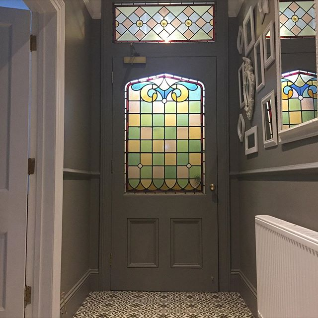 ~ O b s e s s i o n ~ my love and #obsession for #stainedglass .... I must say that I always thought that I loved  the older style stained glass. Today I read Samantha's post @making_mulgrove_magical she has a bathroom window to die for!! 🙀😳🙀 she has just found out that it was made by the very talented @dawnsstainedglassemporium go and look at both of their grids.... and look at the stunning commission Dawn did in turquoise's it's jaw dropping as is Samantha's bathroom window.  Today I am showing a #beforeandafter of my #previoushome  #blastfromthepast as I was talking the other day on a post about the fact that I bought the door and the skylight above from two different places on @ebay_uk they look like they have always lived here! Just look at the door in the second pic we took out 🙀🙀🙀🙀.... Have a great evening everyone 😊♥️🥰 . . . . #thefind #mycosyhome #interior123 #mystylishspace #dailydecordetail #myhometrend #myhomeabode #myinteriorvibe #luxuryinteriorsonabudget #ihavethisthingwithglass #mydiydecor #myfabhome #walltowallstyle #stopandstaredecor #sassyhomestyle #revamprestylereveal #gorgeoushome #hallwaydecor #hallwayinspo #howyouhome #homesweethome #postitandsmile #toppstiles #victorianterrace