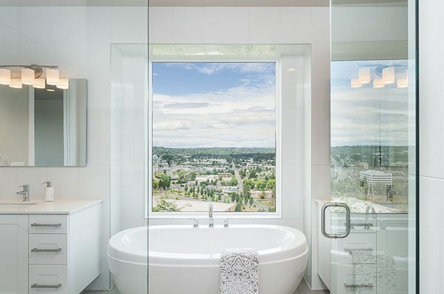 Whether you live in the city or the suburbs, nothing beats a good bath tub view!  Where would you choose to relax, 1,2,3 or 4? Comment below 👇🏽