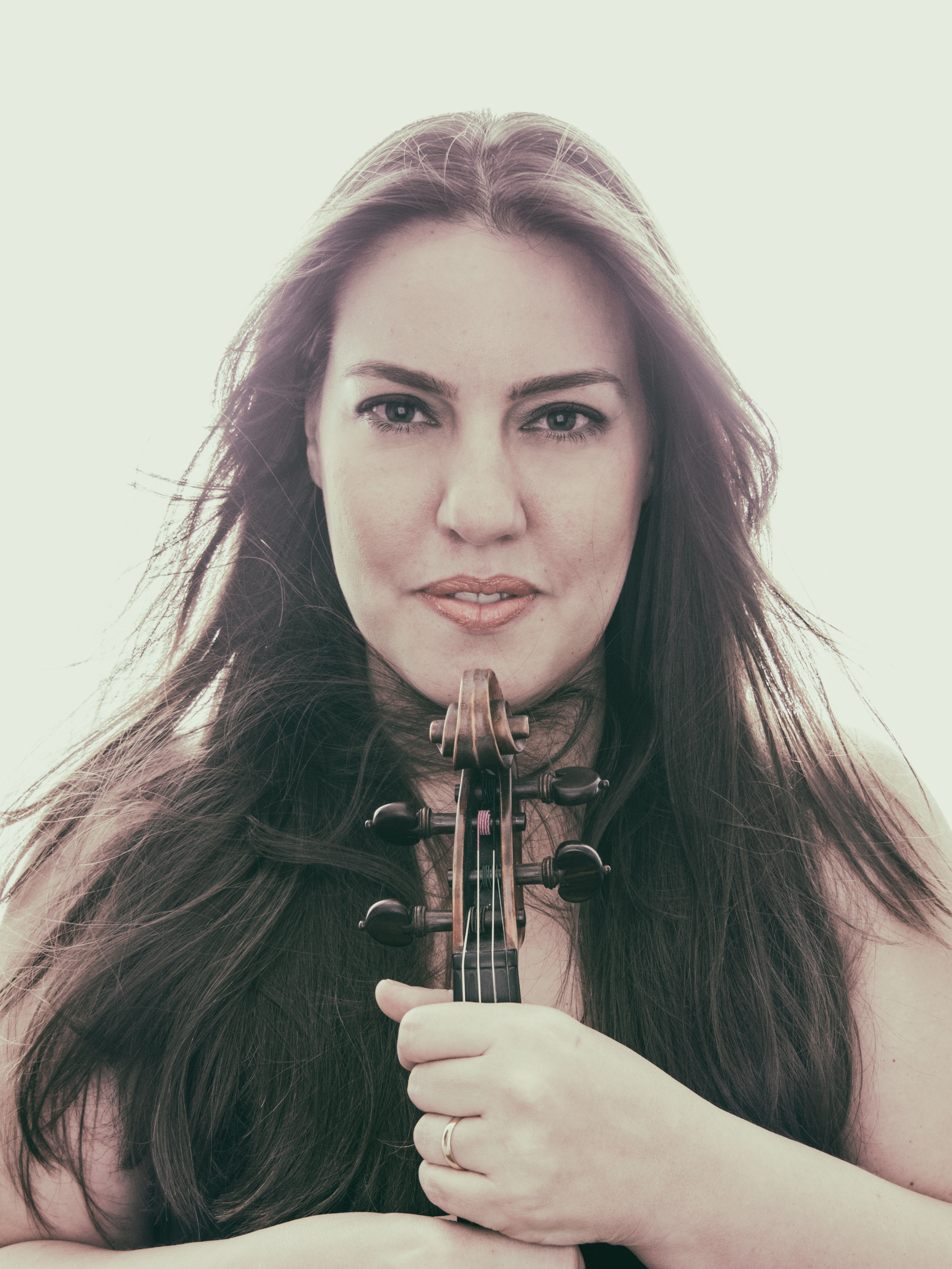 Head Shot of violinist Evelyn Almeida Carmo