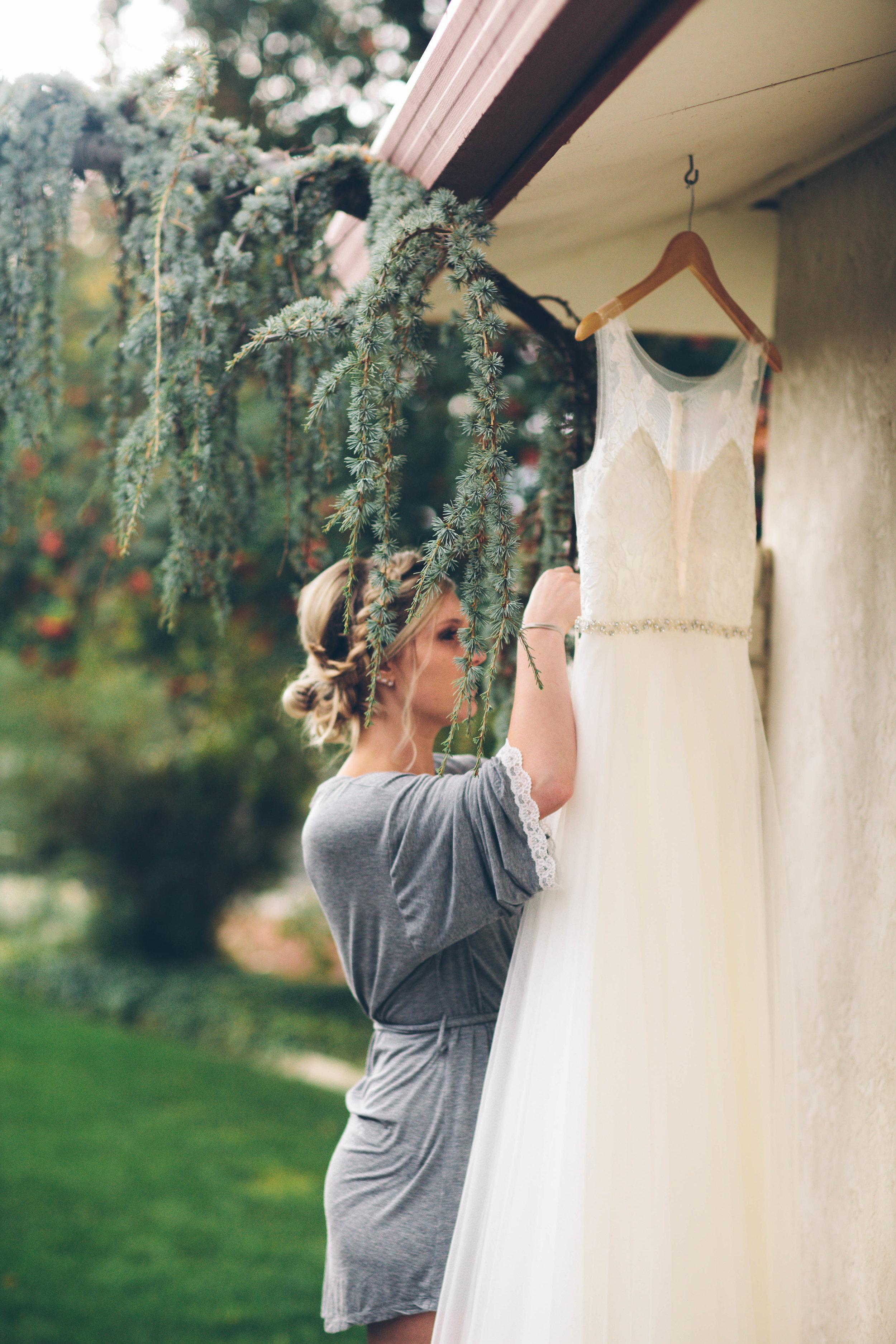 bridesmaids prepping the gown spokane wedding