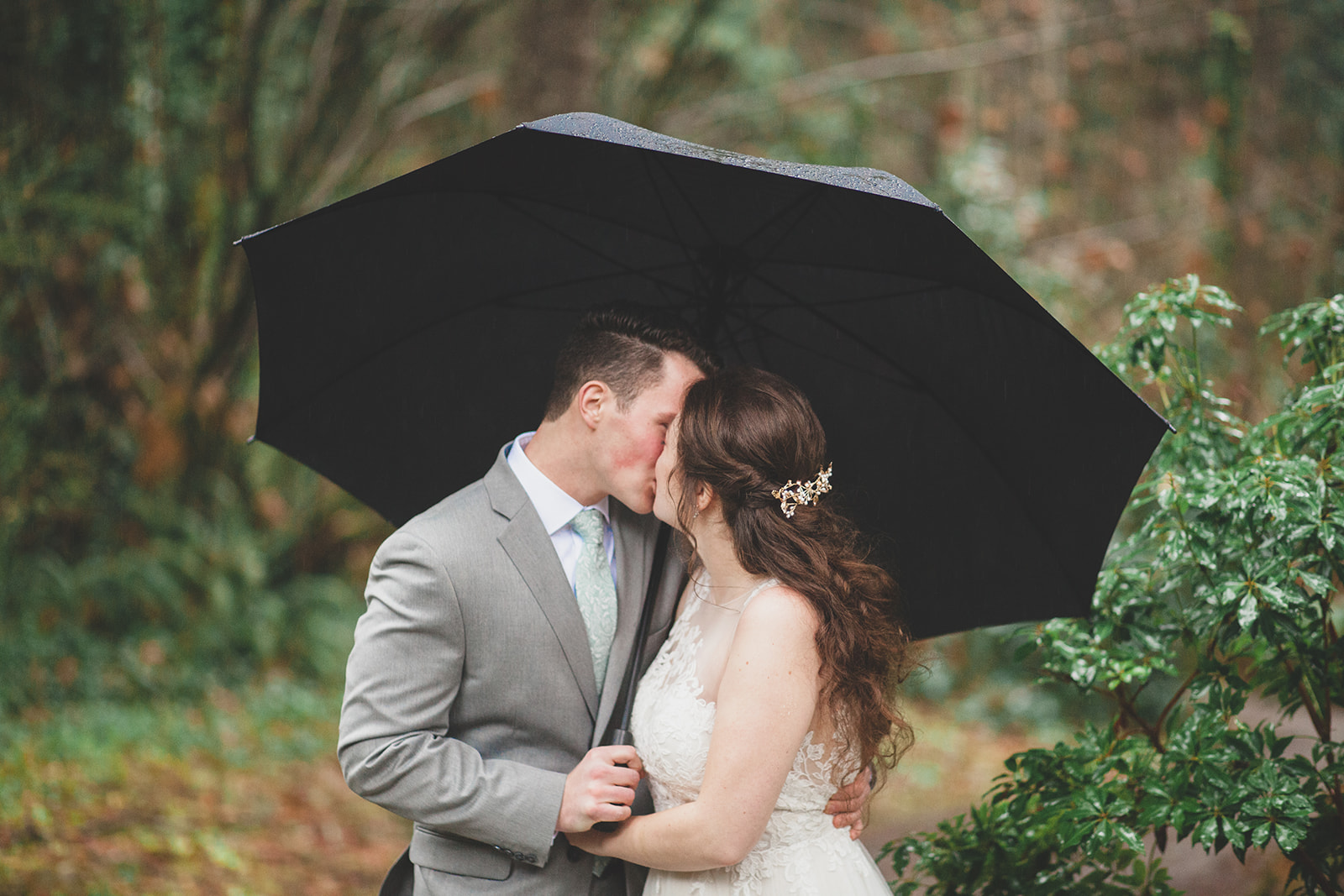 bride couple rain spokane
