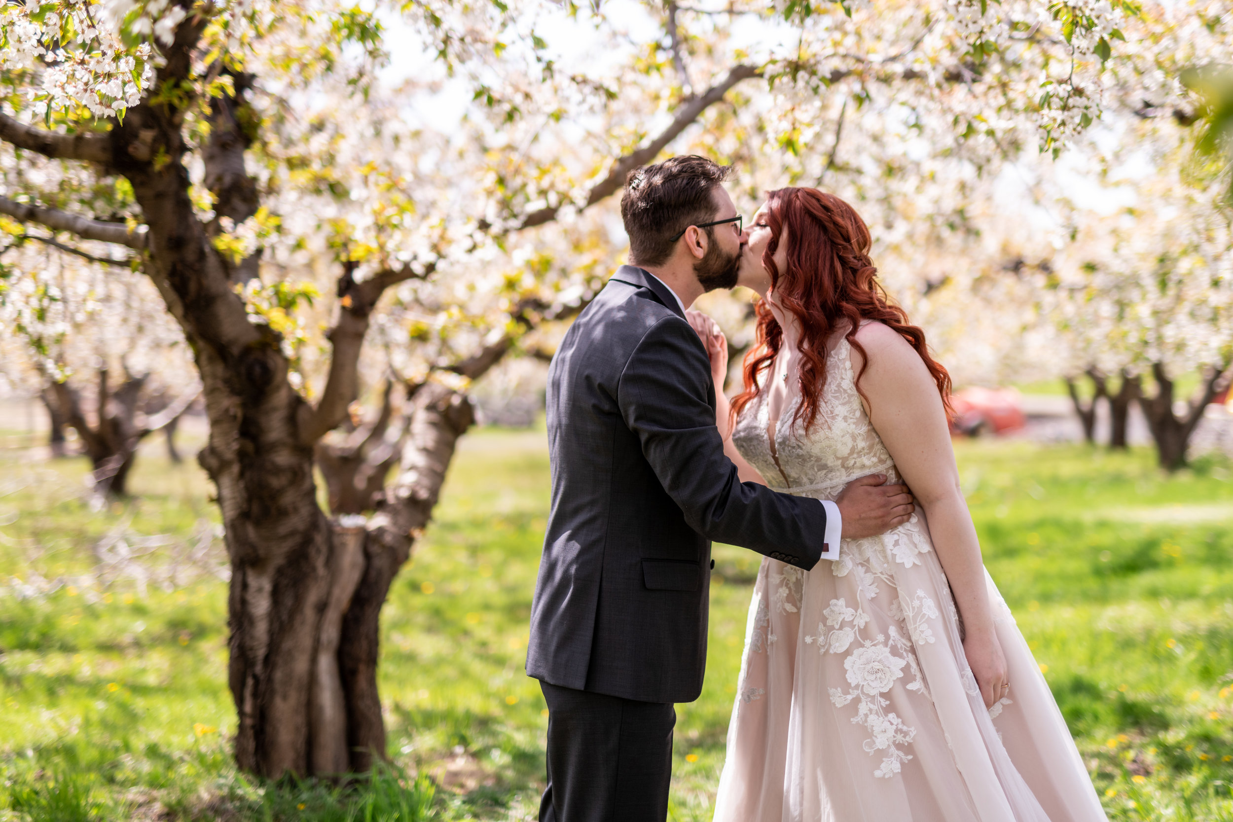 Spokane green bluff wedding dress bride  kiss