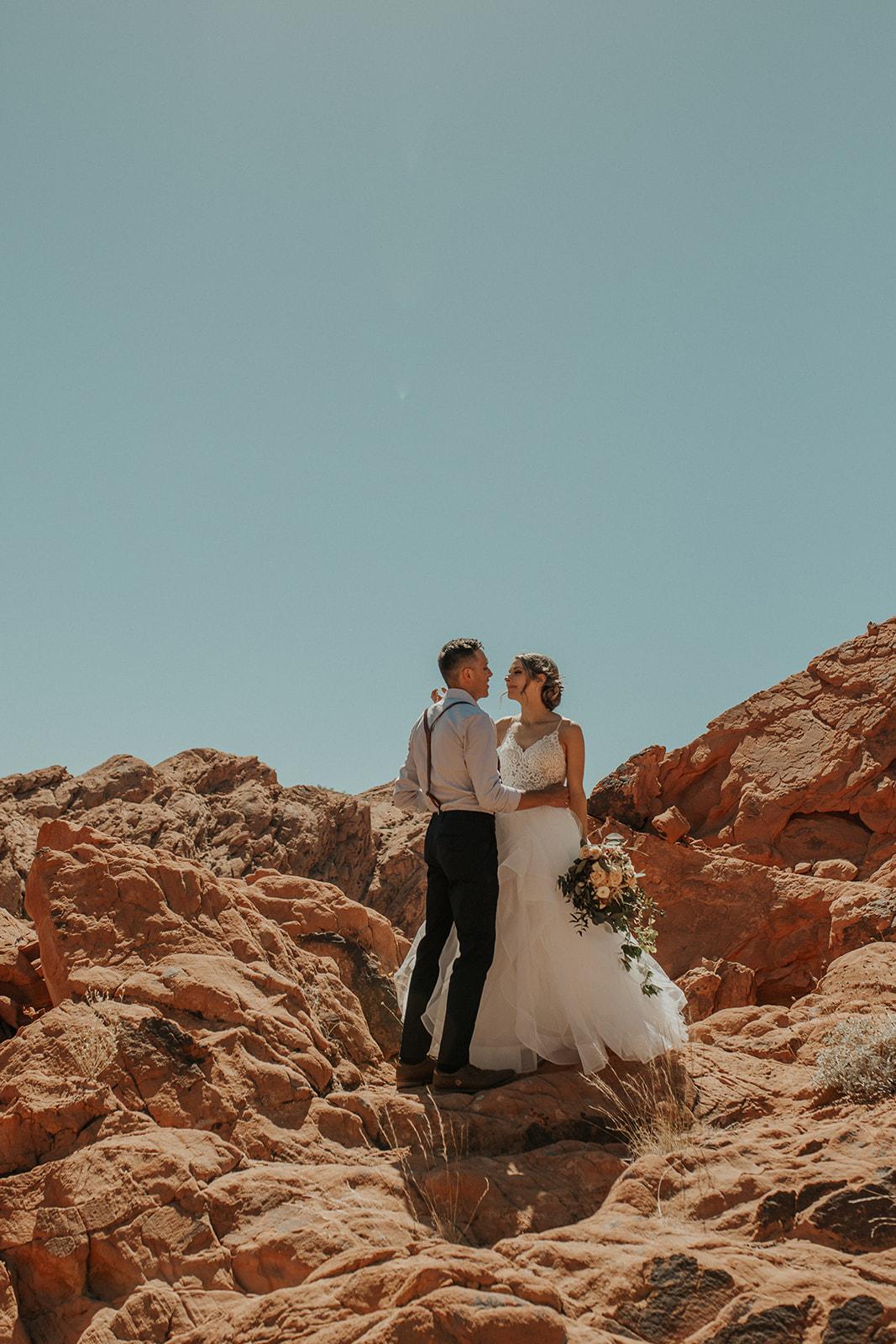 blue skies red rocks spokane bride and groom