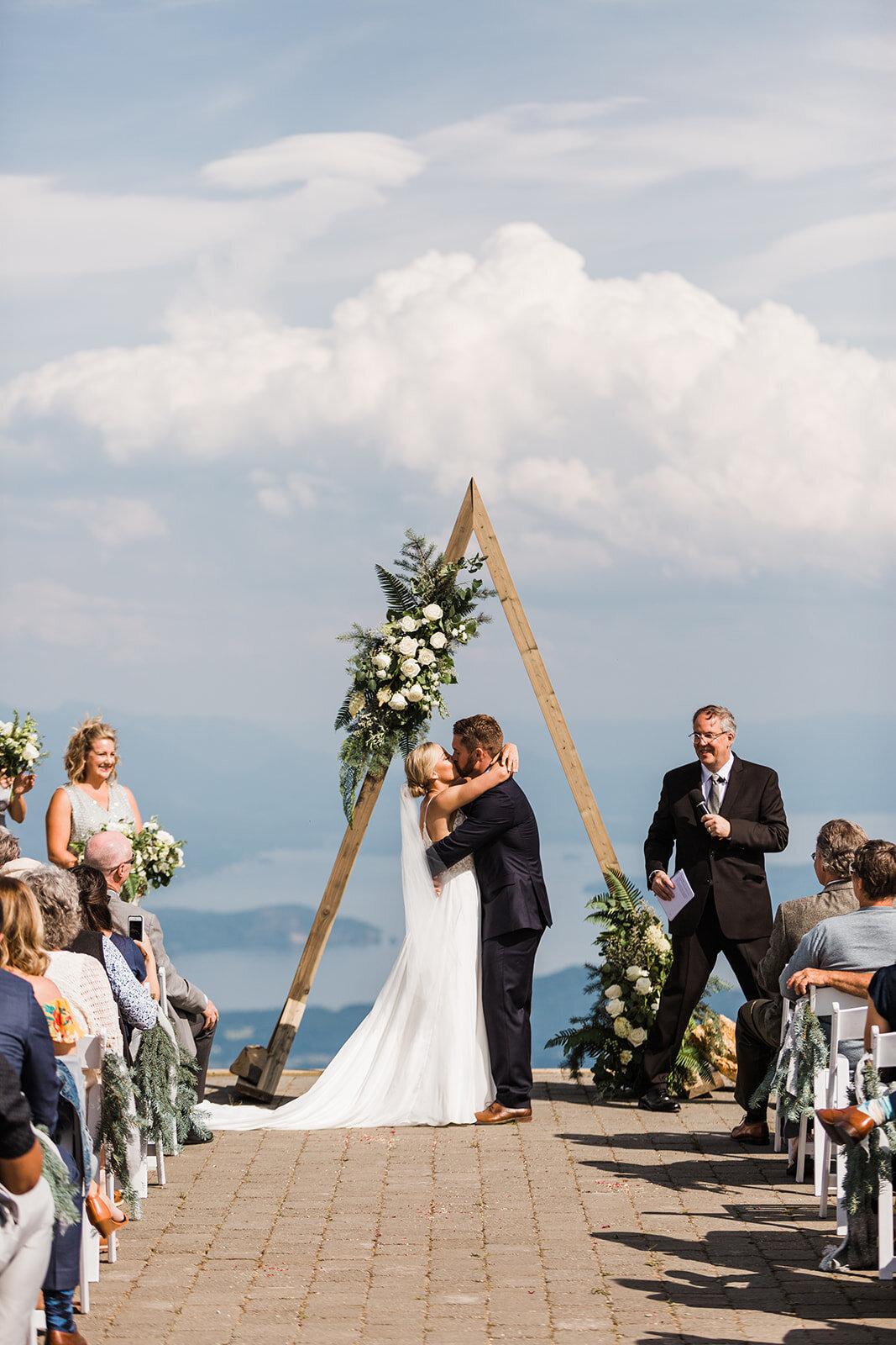 first kiss bride and groom spokane wedding