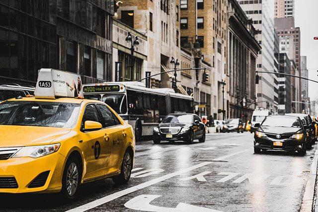 🇺🇲🇬🇧This could be you in that yellow cab, as #newlywed or #newlyengaged ...or me as I am heading to meet an organic caterer #directionnyc #hushhushnyc #wedding2020 #getmarriedinnyc #workinprogress😉⠀ .⠀ 🇫🇷Ce pourrait être vous dans ce taxi jaune, #nouveauxmariés #fiancés ...ou bien moi qui vais rencontrer un traiteur organique pour votre prochaine célébration à New York. Un ✈ vous attends :) #nycweddingplanner #forbridetobe and #groomtobe #taxijaune #voiture #mariagealamericaine #mariagealetranger #directionnewyork  #parisnewyork = #semarieranewyork⠀ .⠀ .🇪🇸Podría ser usted en ese taxi amarillo #noviosfelices #reciencasados #comprometidos ... o bien yo que vaya a visitar una empresa de catering orgánica en la selva newyorquina #paralosnovios #planeadoradebodas #planeadoradeviajes #nuevayorkcity #taxiamarillo #bodaamericana un 🚖 le está esperando en #nuevayork ...⠀ .⠀ .📸@bantersnaps
