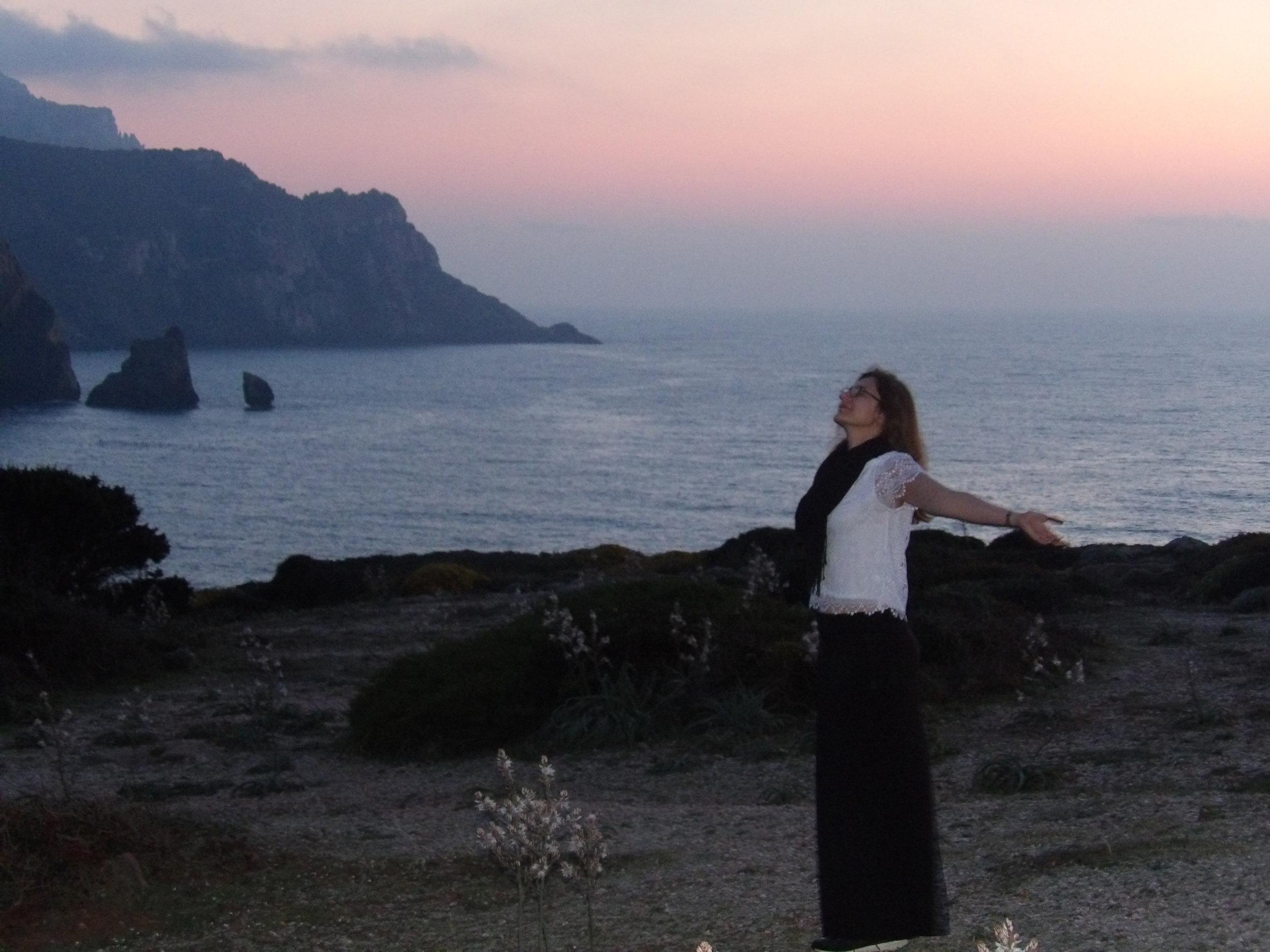 Moi en Sardaigne, baignant dans la douce énergie de la pleine lune rose, un magnifique souvenir Photo:  Tous droits réservés  © Vers De Beaux Horizons