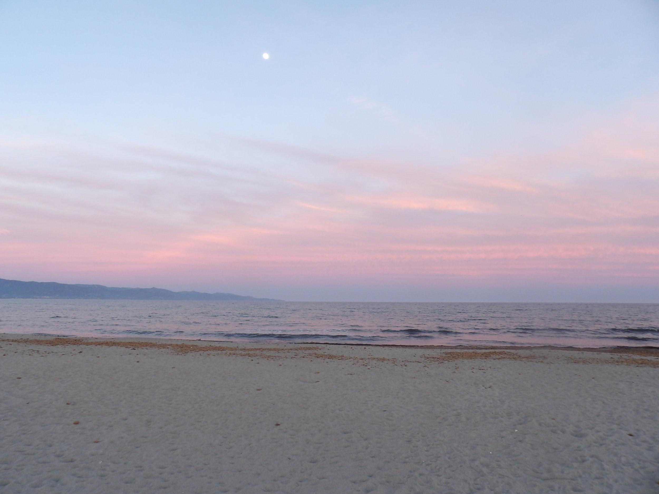 Souvenir d'un beau moment en 2017 sur une plage à Cagliari, en Sardaigne, où je me suis sentie profondément apaisée, en harmonie, après le travail sur moi accompagnée par ma Moon Mother® pendant environ un an. Je me sentais désormais prête à moi aussi,  transmettre!    Photo : Tous droits réservés © Vers De Beaux Horizons