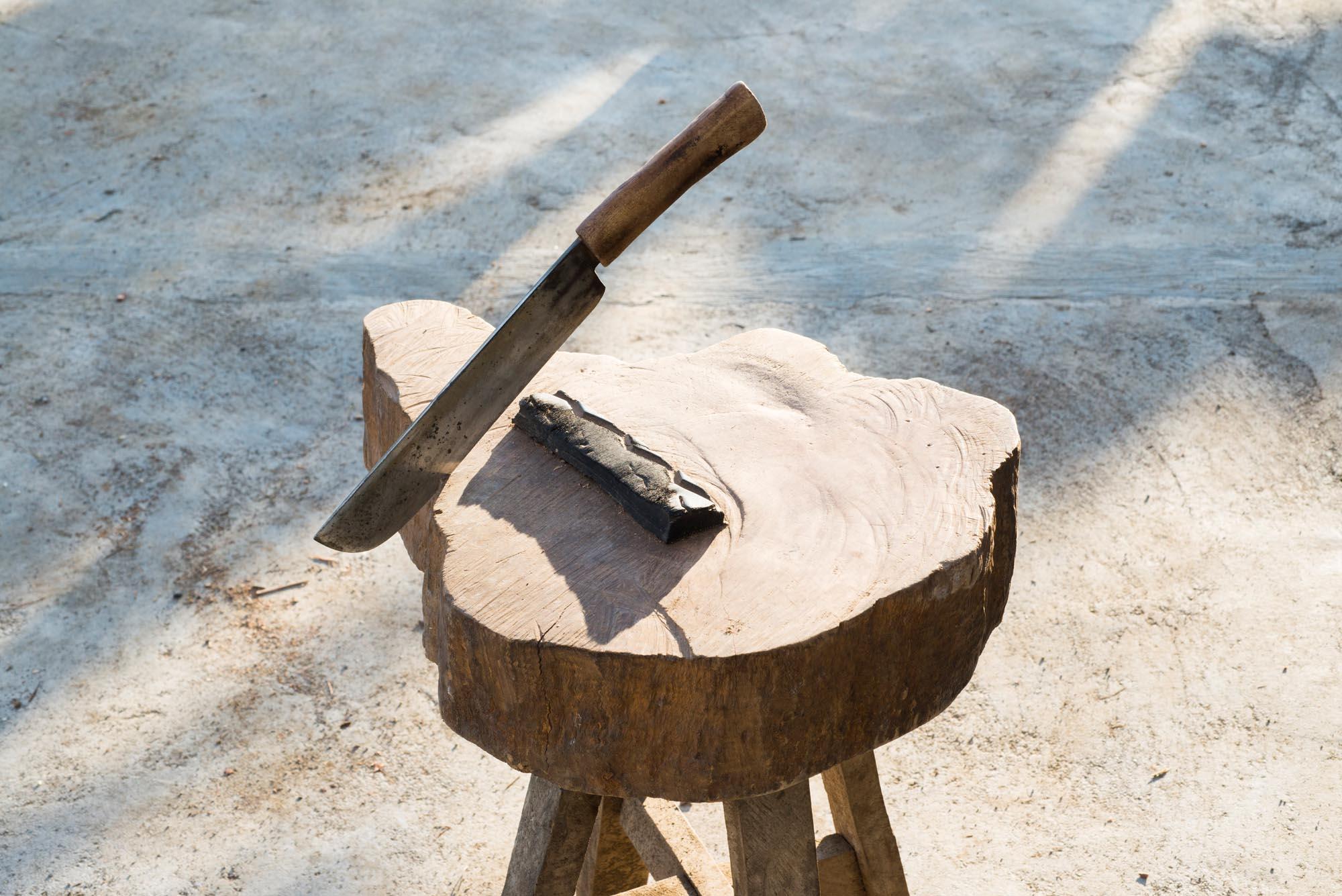 Pili nut cracking equipment///L'outillage nécessaire pour casser les noix de pili