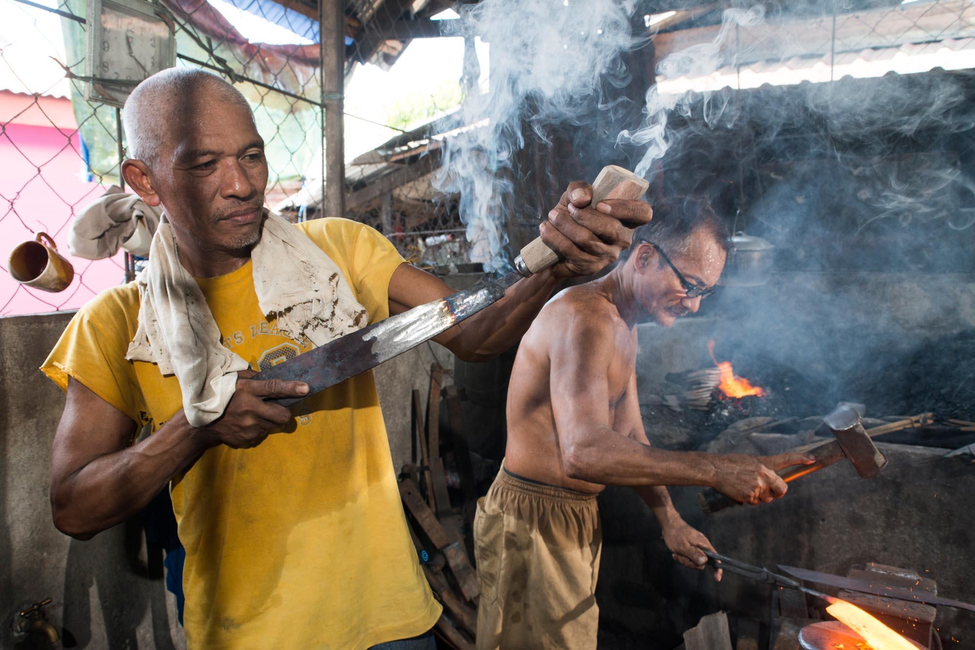 Pili Nut tool making///Fabrication des machettes pour casser les noix de pili