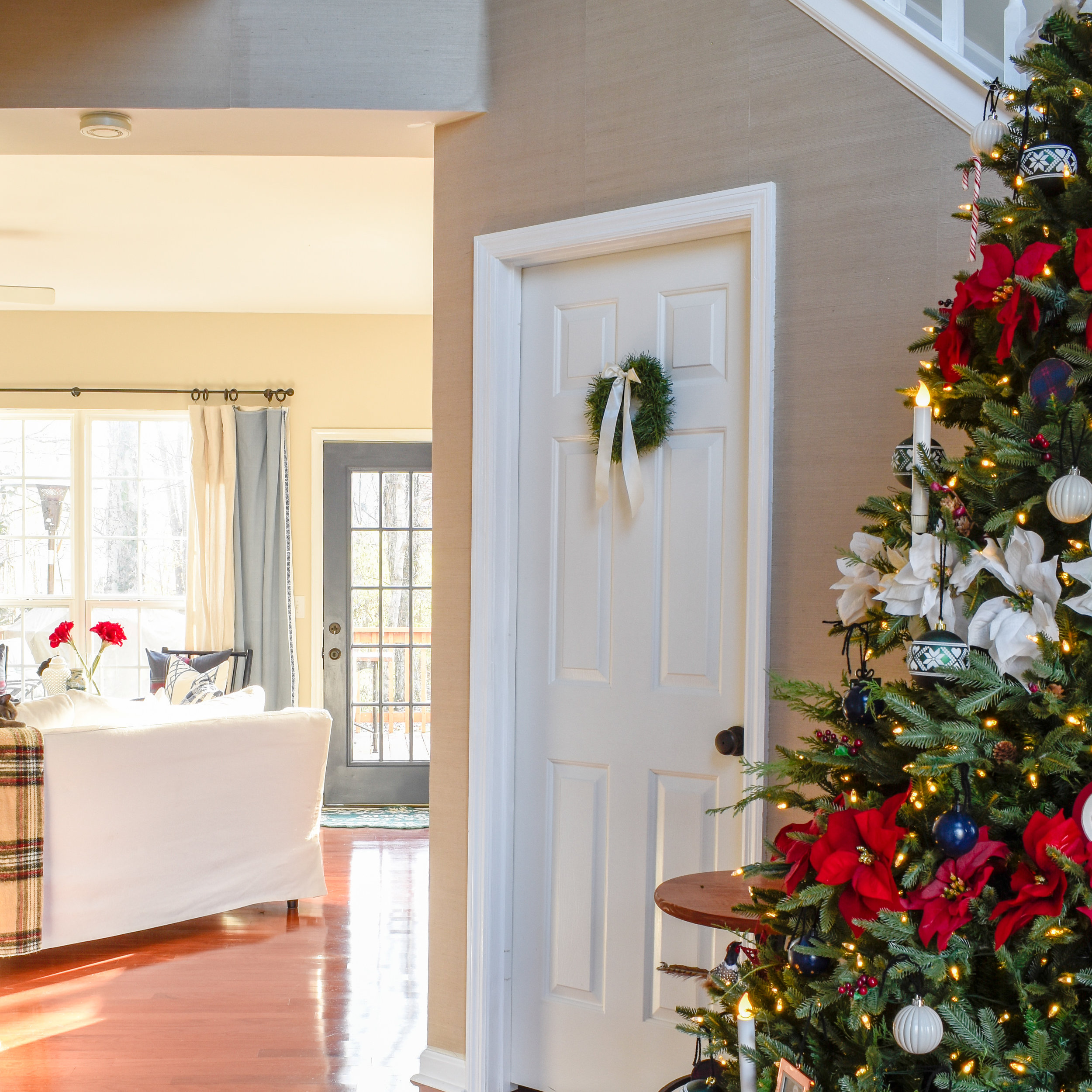 Christmas Home Tour: How To Decorate with Traditional Holiday Decor On A Budget | Simple seasonal touches to make a home feel warm and inviting for Christmas guest. #christmasdecor #winterhomedecor