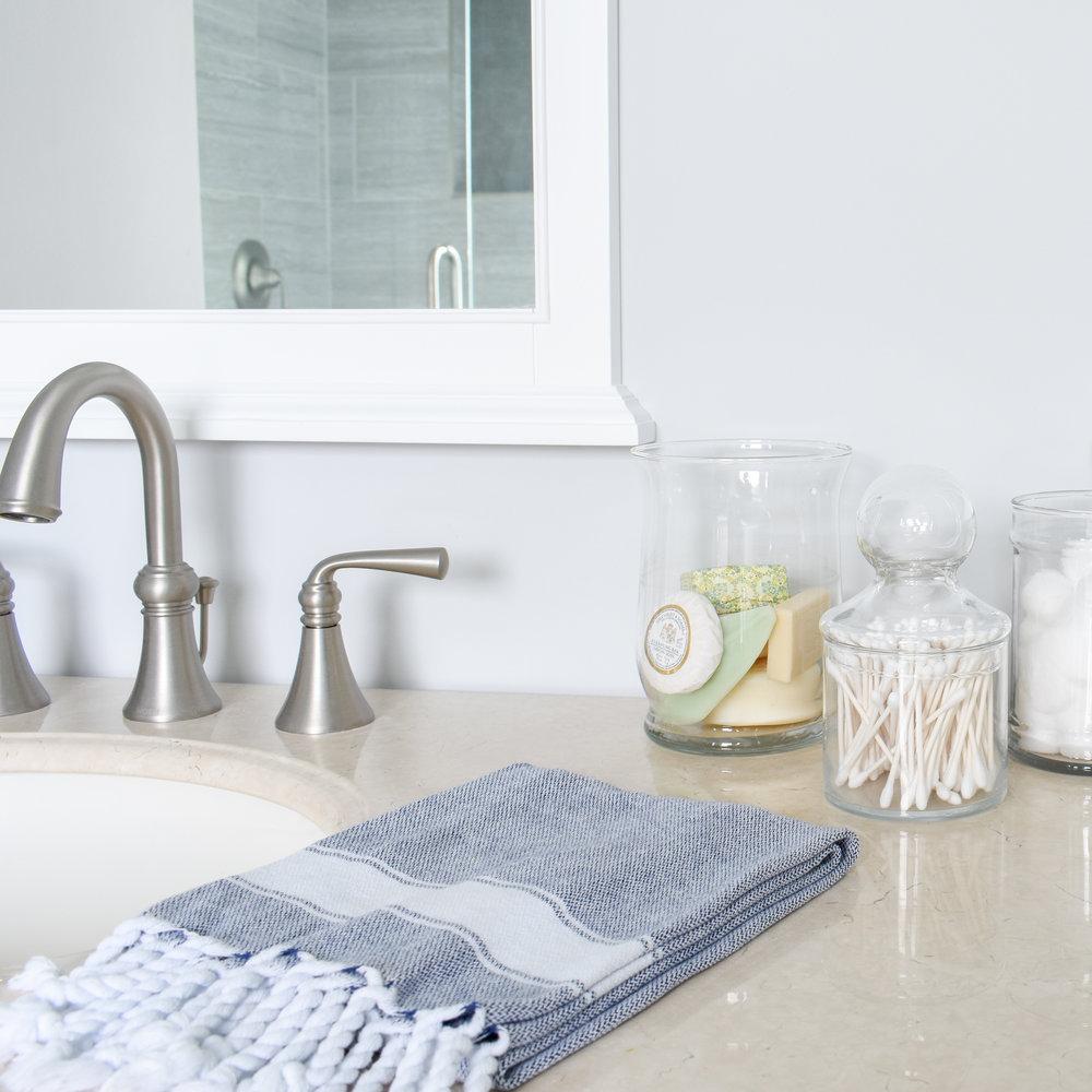 Bathroom Decor: Useful objects displayed in glass jars make the perfect decor for your vanity. #bathroomstorage #diylifehacks #doubledutydecor