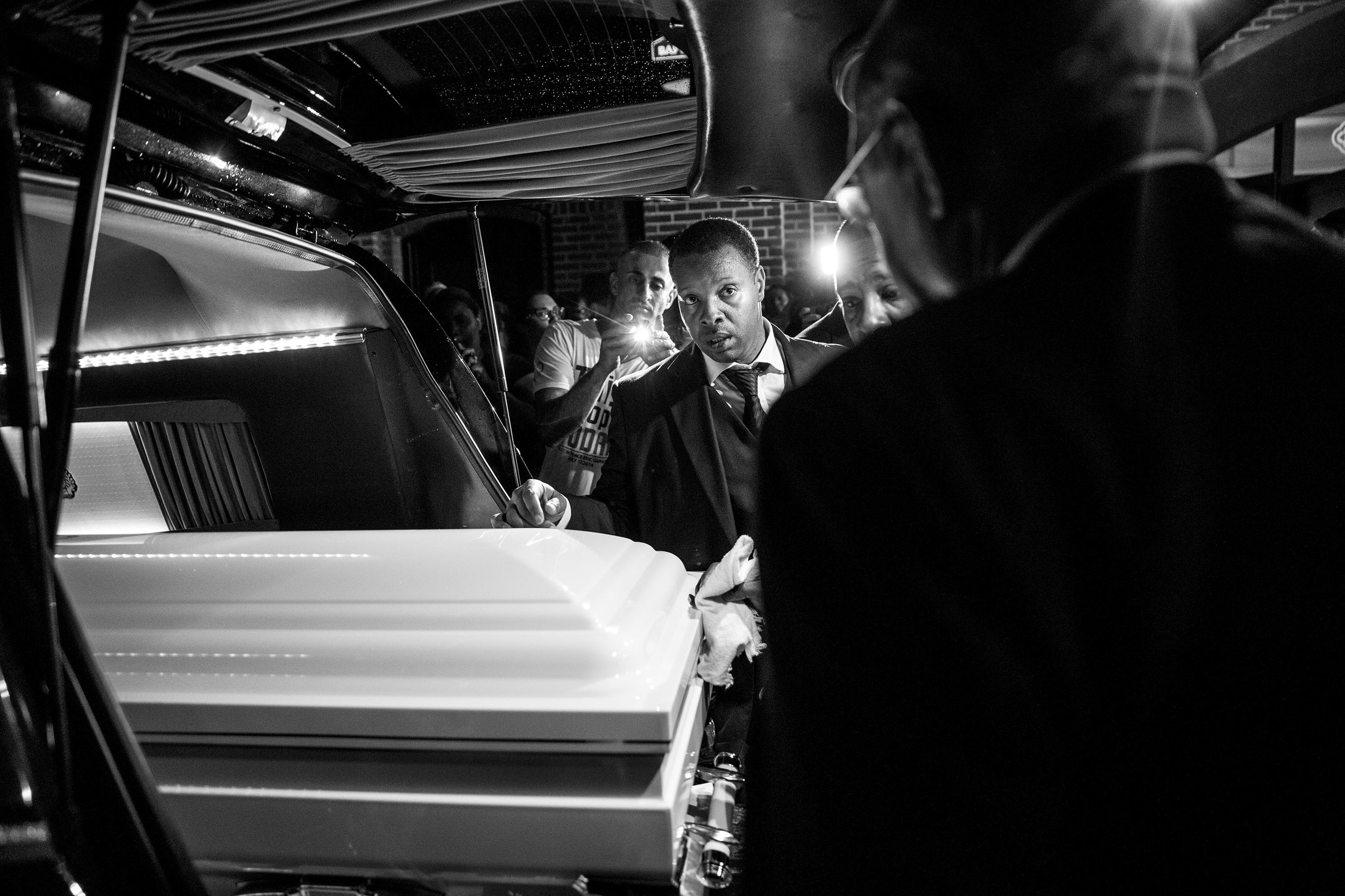 USA. Brooklyn, New York. 2014 : The casket of Eric Garner is placed into the hearse after his funeral at Bethel Baptist Church in Brooklyn, New York. Garner died after being placed in an illegal chokehold by an New York Police Department officer during a confrontation.