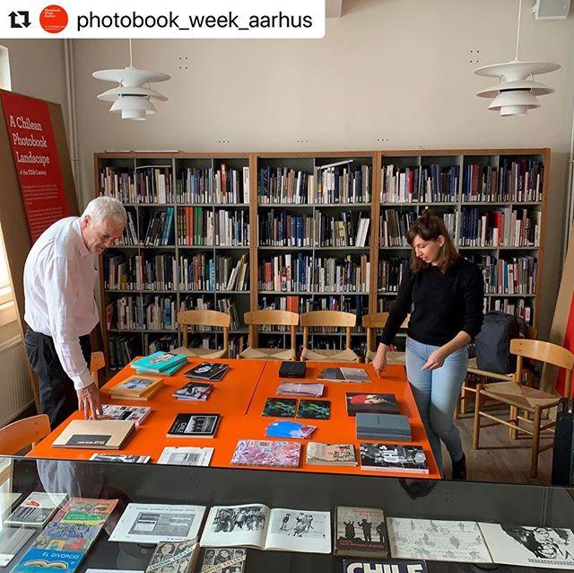 """hoy comienza el @photobook_week_aarhus , un festival de fotolibros presentado por Galleri Image y the Aarhus School of Arquitecture, Dinamarca. En esta fotografía vemos la publicación """"Nombre y Forma"""", junto a toda la selección de fotolibros chilenos participantes."""