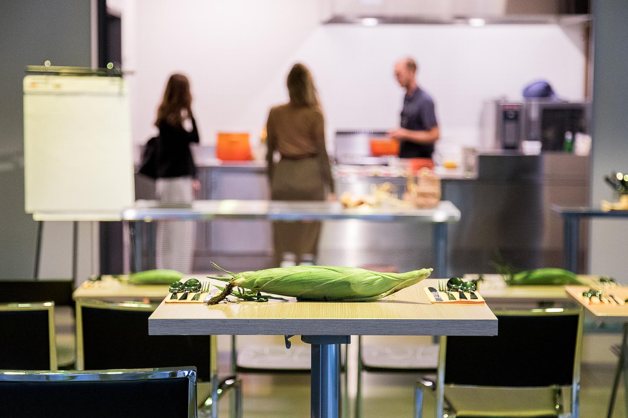 Food Core   Essence culinaire - Dans le cadre du Festival YUL EAT, le Centre Phi accueillait l'événement Essence culinaire ou les participants étaient invités à goûter et apprendre sur un aliment au coeur de notre alimentation. En compagnie du chef Aaron Langille et de la chercheuse Maya Hey, le maïs était cette fois à l'honneur.