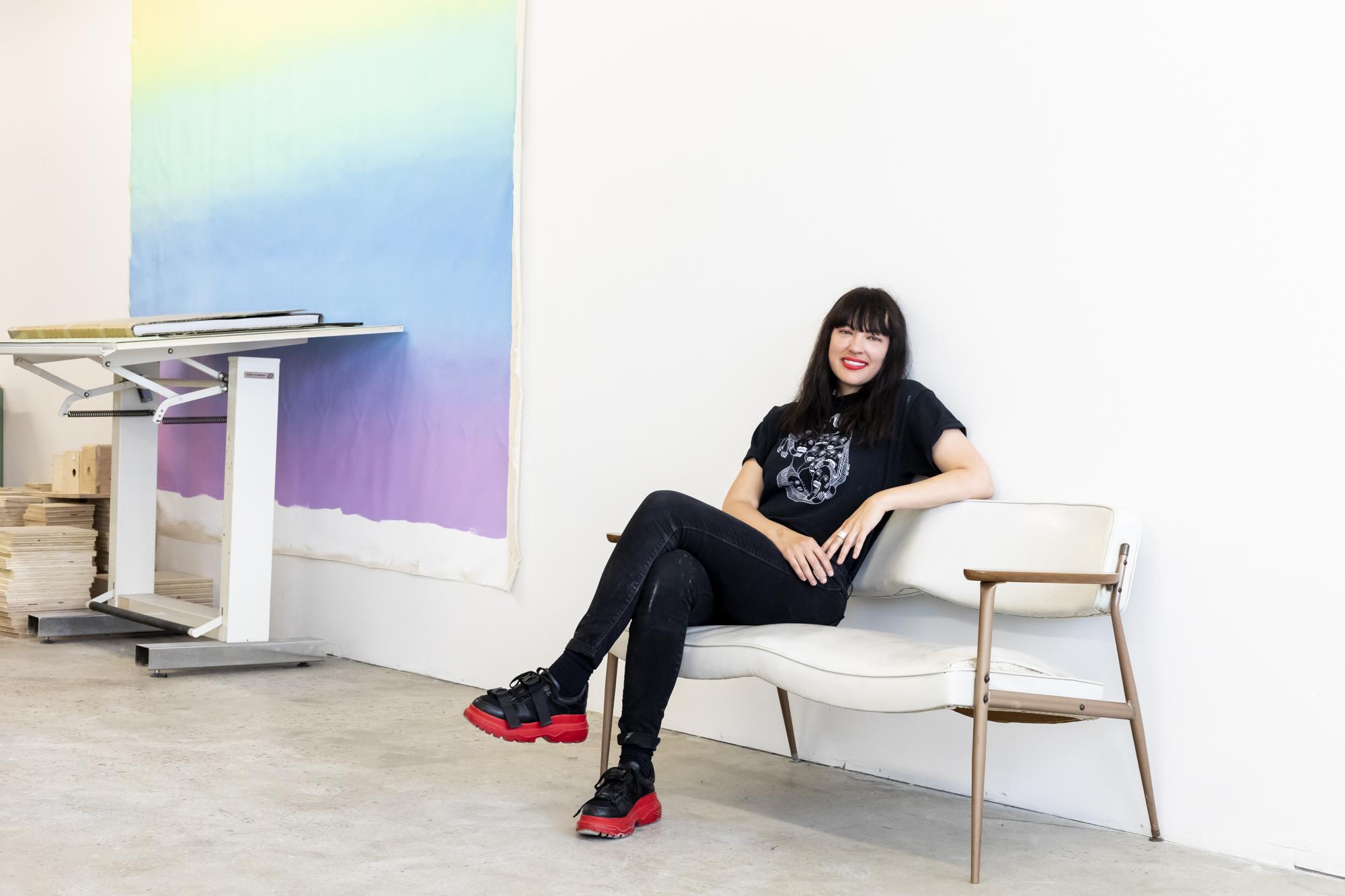 Caroline Monnet - Rencontre sous le thème du devoir de l'artiste en 2019 avec l'artiste multidisciplinaire Caroline Monnet et Isabelle Benoit pour le Centre Phi. Mon mandat : ramener des images de l'entretien, de l'artiste, de certaines oeuvres et de son espace de travail. Par ici pour lire l'article complet >>