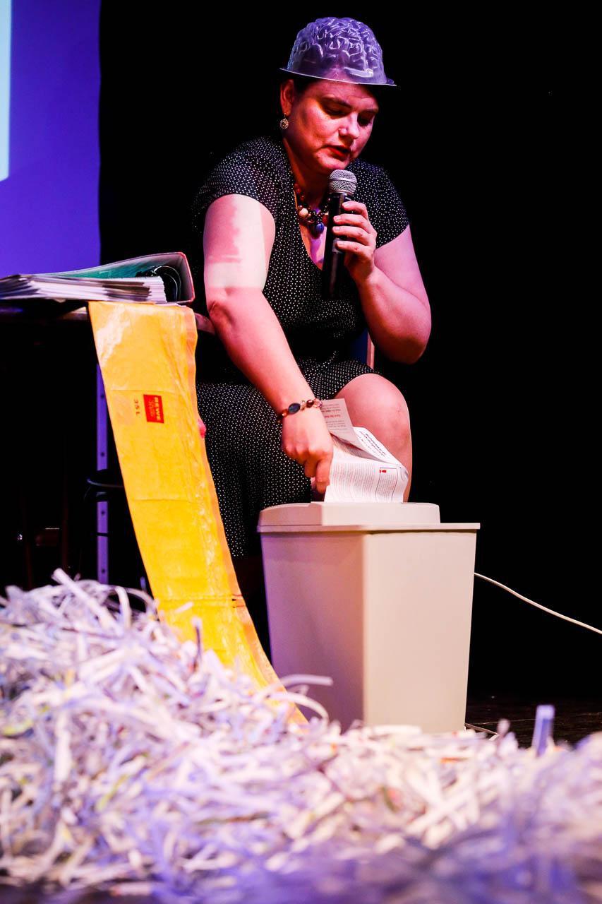 Yvonne Falckner schreddert symbolisch Gefährdungsanzeigen auf dem siebten CareSlam. Foto: Thorsten Strasas