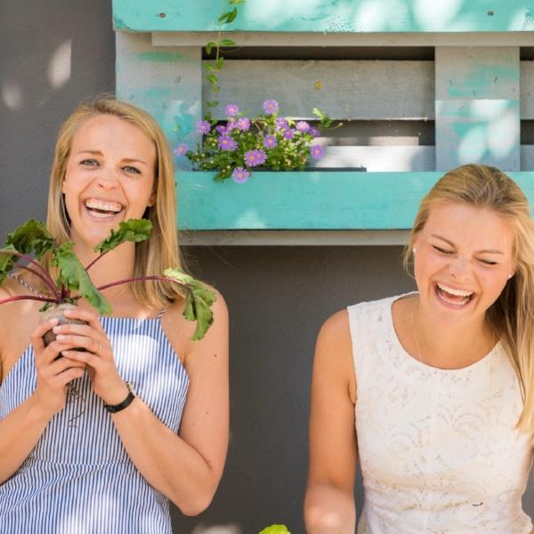 """Jasmin und Jospehine Jeß - Hamburg""""Mindful Blogging bedeutet für uns, so zu sein, wie wir sind: lebensfroh, vernarrt in gutes Essen und lachend – meistens über uns selbst …""""Prana Up Your Life"""