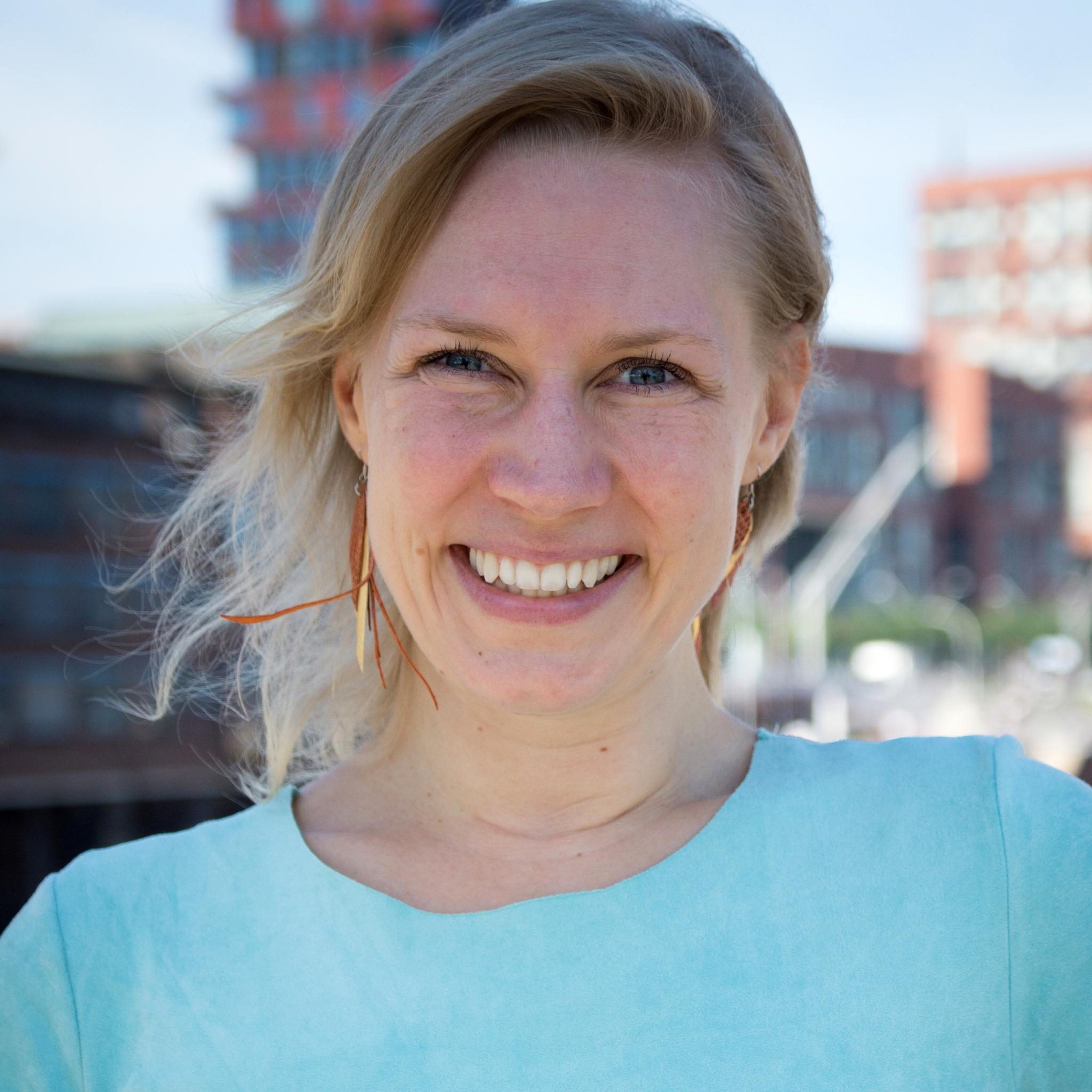 """Ann-Kristin Umlauf - Hamburg & München""""Mindful Blogging bedeutet für mich, eine harmonische Symbiose zu kreieren und zu leben aus 'Ich zeige mich authentisch und echt und bringe meine Botschaft raus in die Welt' und 'Ich achte auf mich und meine Balance, damit ich aus Fülle heraus erschaffen und geben kann.'"""