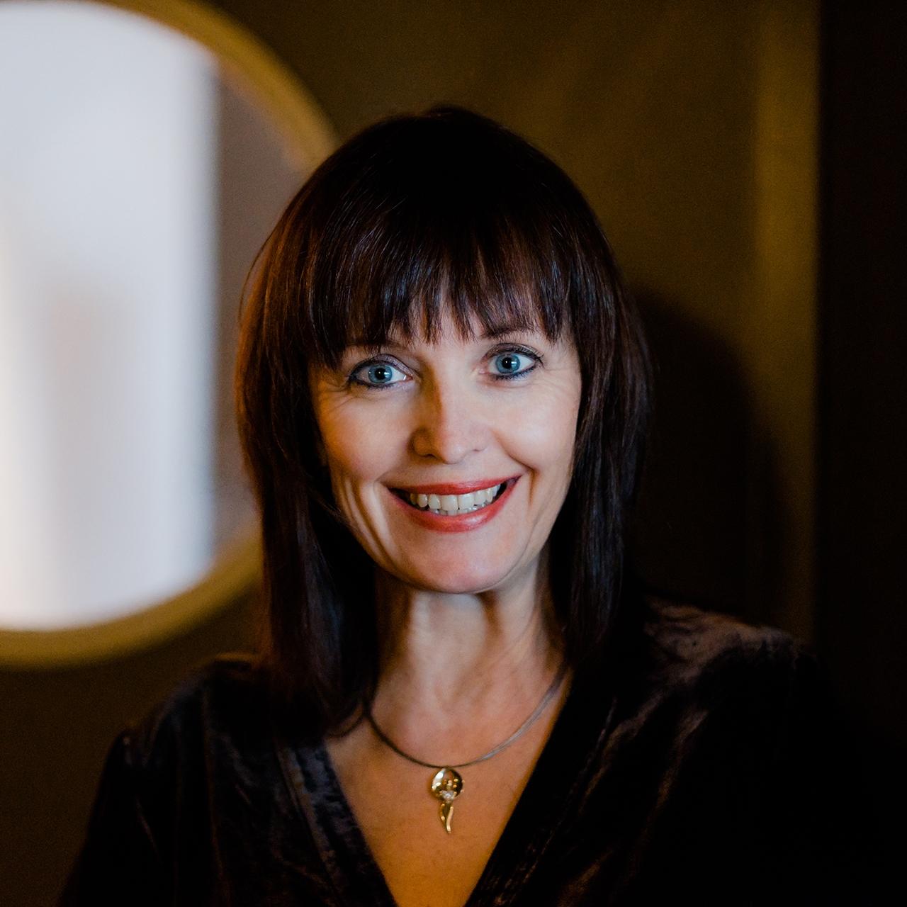 """Daniela Hutter - München""""Mindful Blogging bedeutet für mich, seinen authentischen Platz in der internetten Welt einzunehmen. Dazu eine innere Ausrichtung zu wählen, die dem individuellen Selbst entspricht und dann auf die ganz persönliche Art (engl. Kunst) und Weise, den Weg der Kommunikatin zu wählen.""""Daniela Hutter"""
