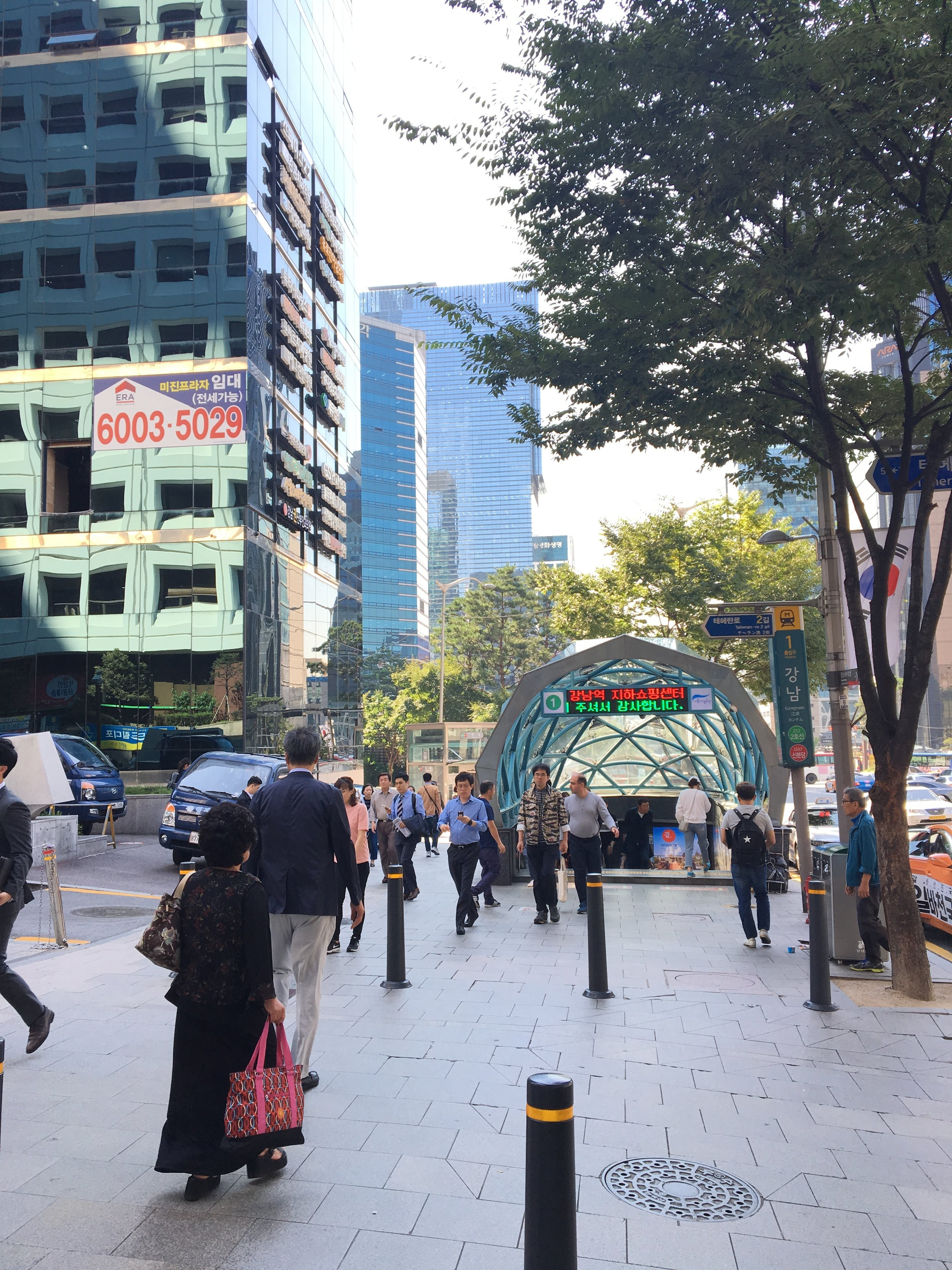 3. 在1號出口處向左轉 - When you get to Gangnam Station Exit #1, please take a left turn and you will see next picture.