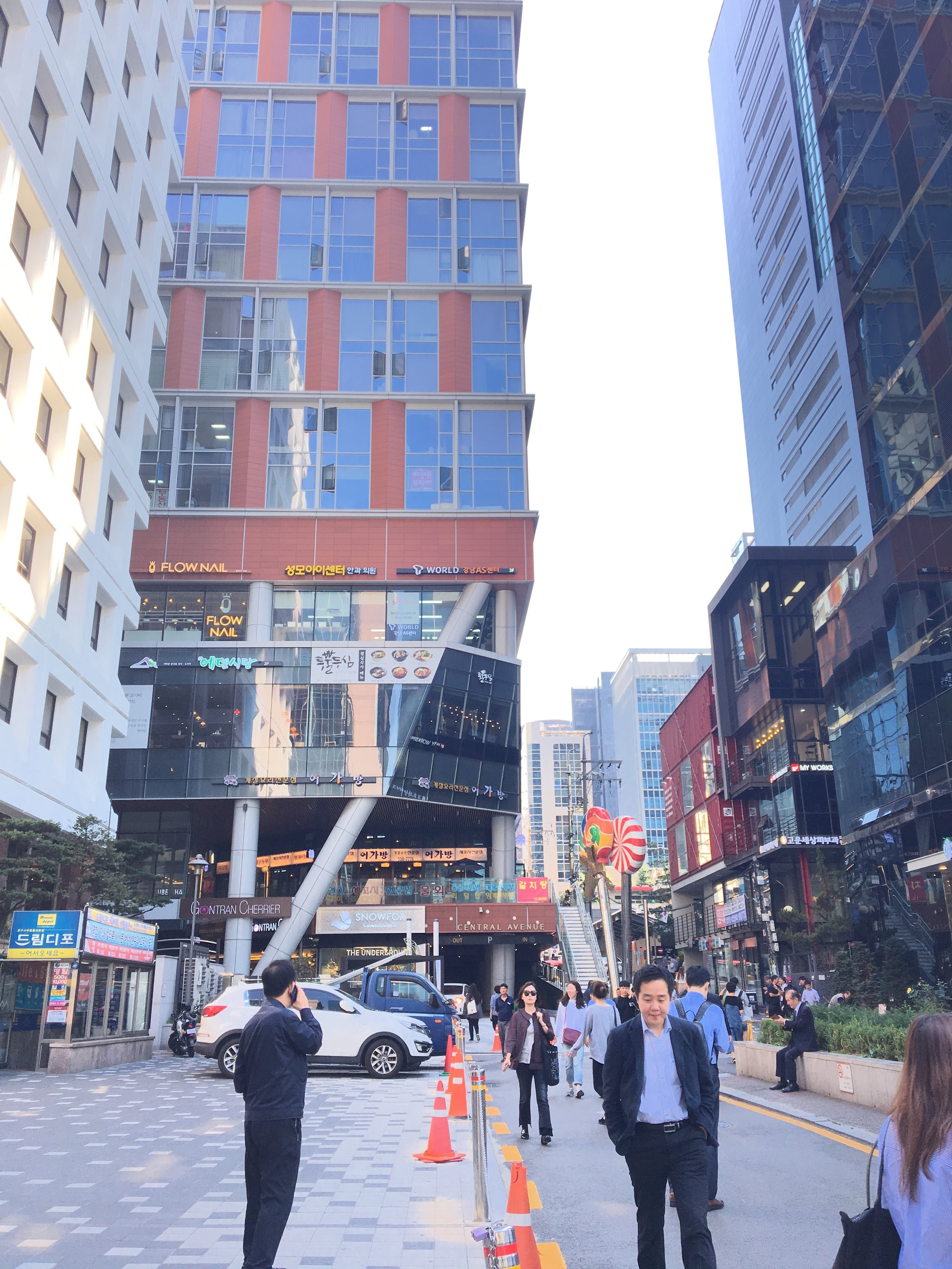 "4. Mike Homes 即為左手邊的棕色建築物 - 您會先路過一家星巴克位於您的右手邊,當您走到棕色建築內會看到""Central Avenue""的標誌,接著您會您會路過一家名為Snoxfox的商店"
