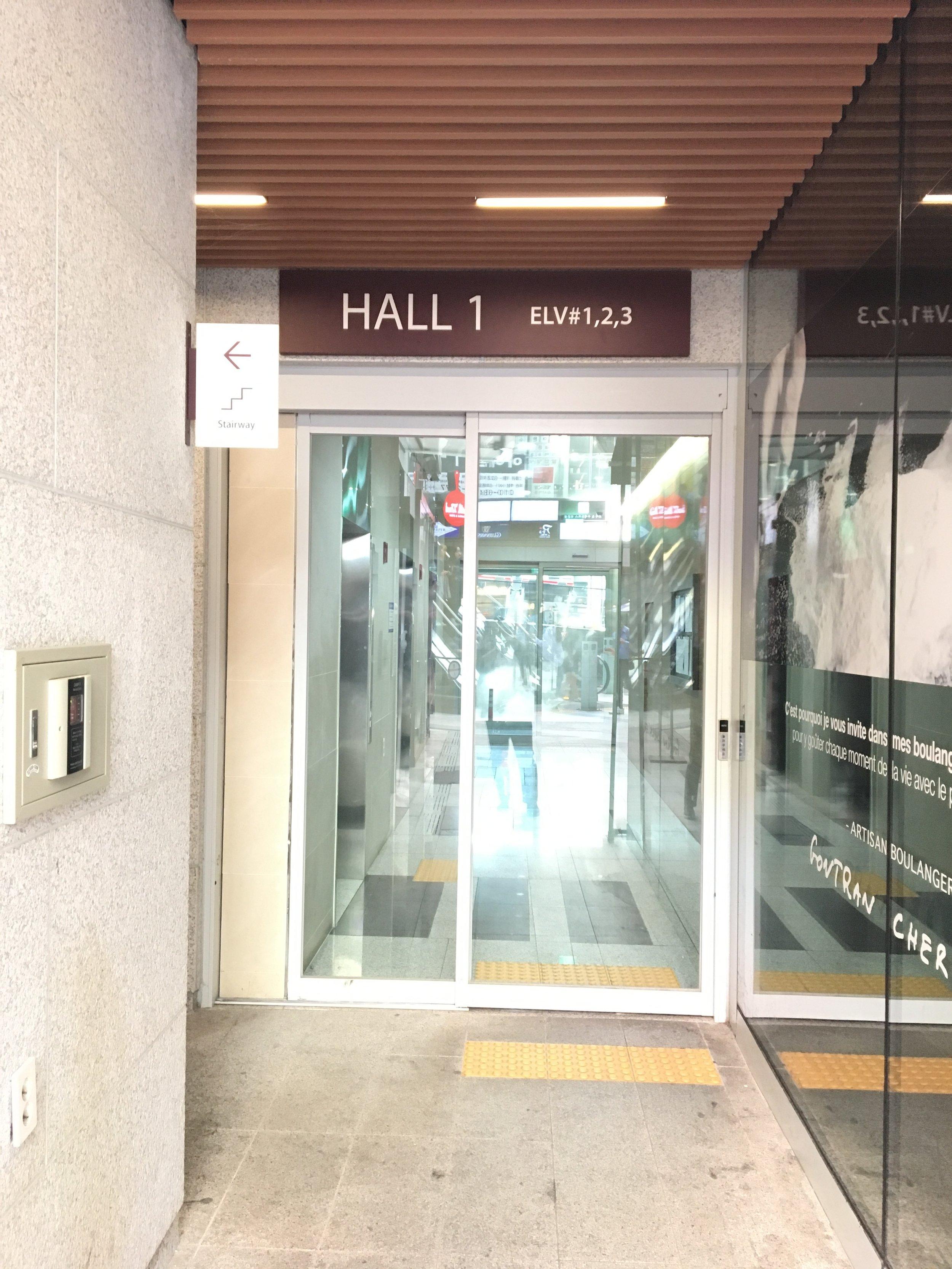 7. 當您看到HALL 1電梯時,您已經抵達Mike Homes - 請搭乘電梯到您房間的樓層.(若您的房號為555,請到5樓,若您的房號為1919,請搭到19樓,以此類推)