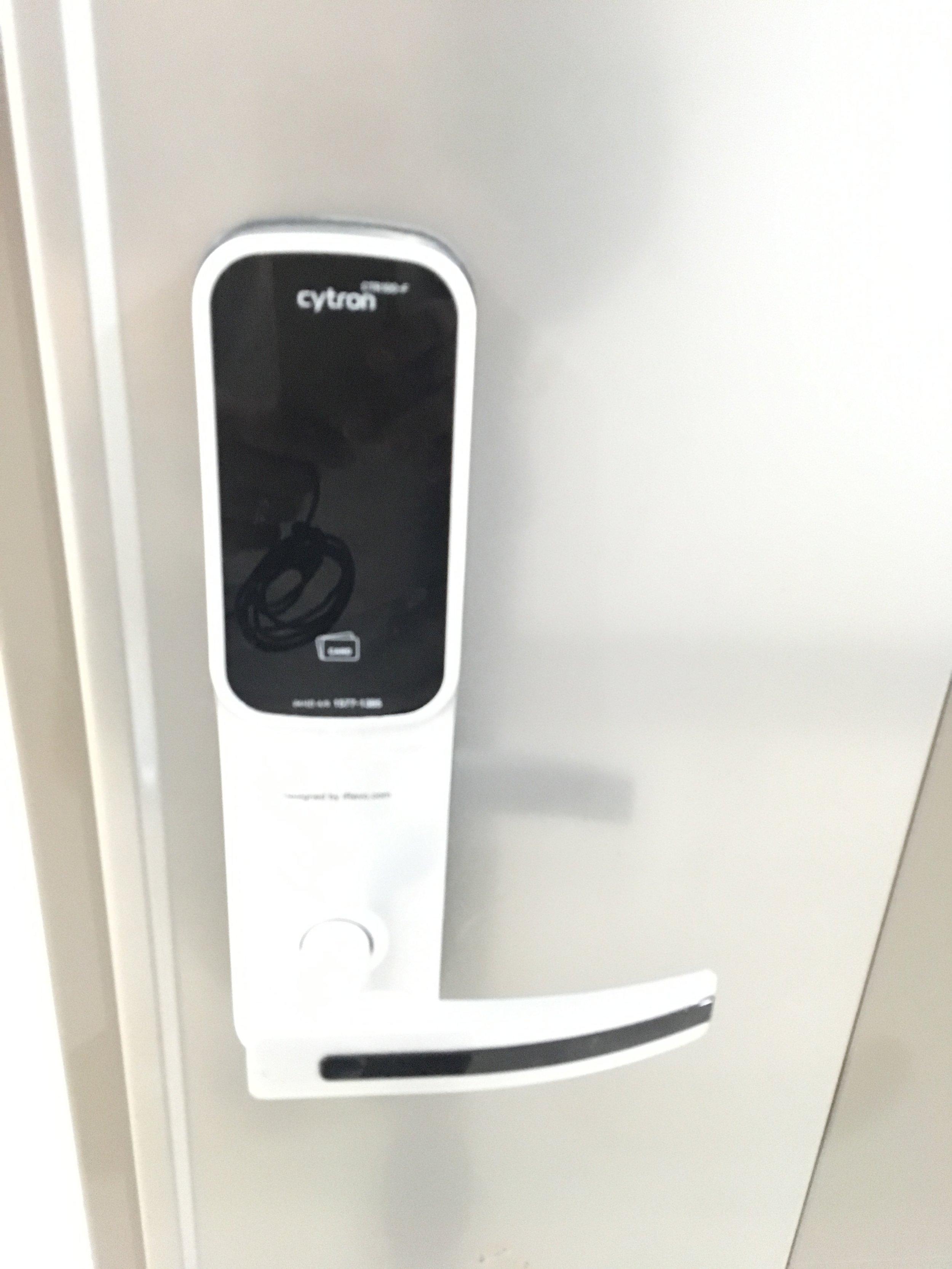 9.房間的密碼門屬於熱感應 - 請先將手掌放置於房門口的密碼面板,您就會看到數字浮現