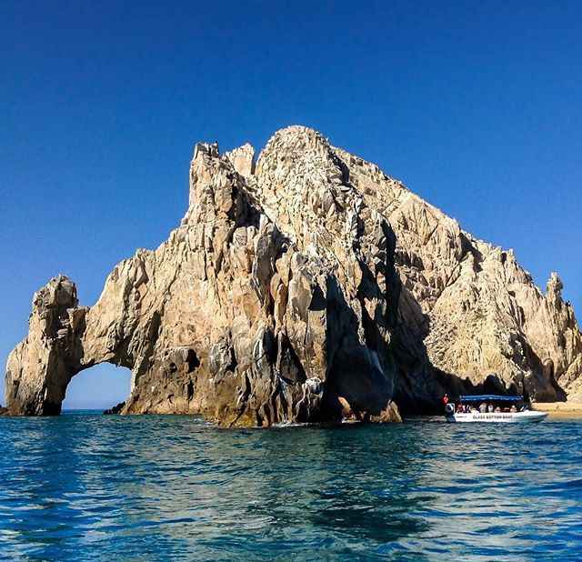 The Arch of Cabo San Lucas 🇲🇽 I haven't yet had the opportunity to get in the water there yet, but I'm sure it's amazing! 🐠🐡🦀🐬