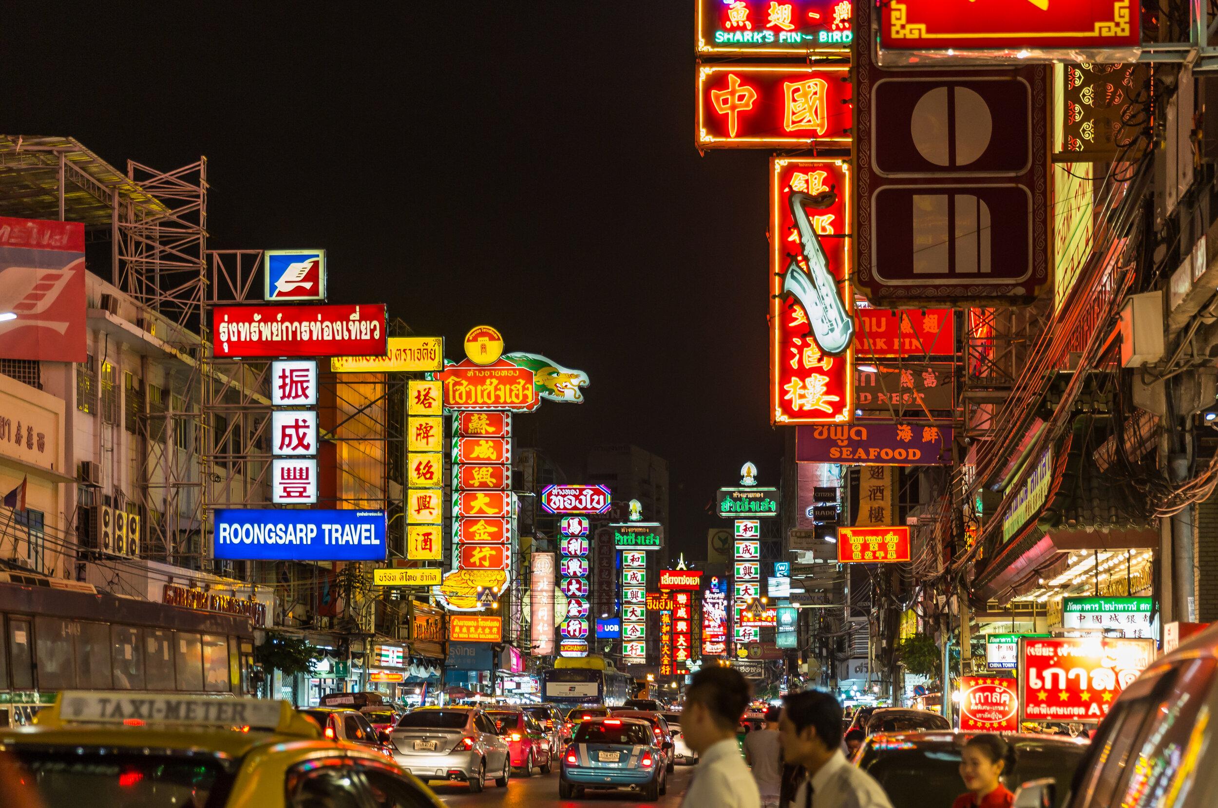 Yaowarat_at_night_(32455695783).jpg
