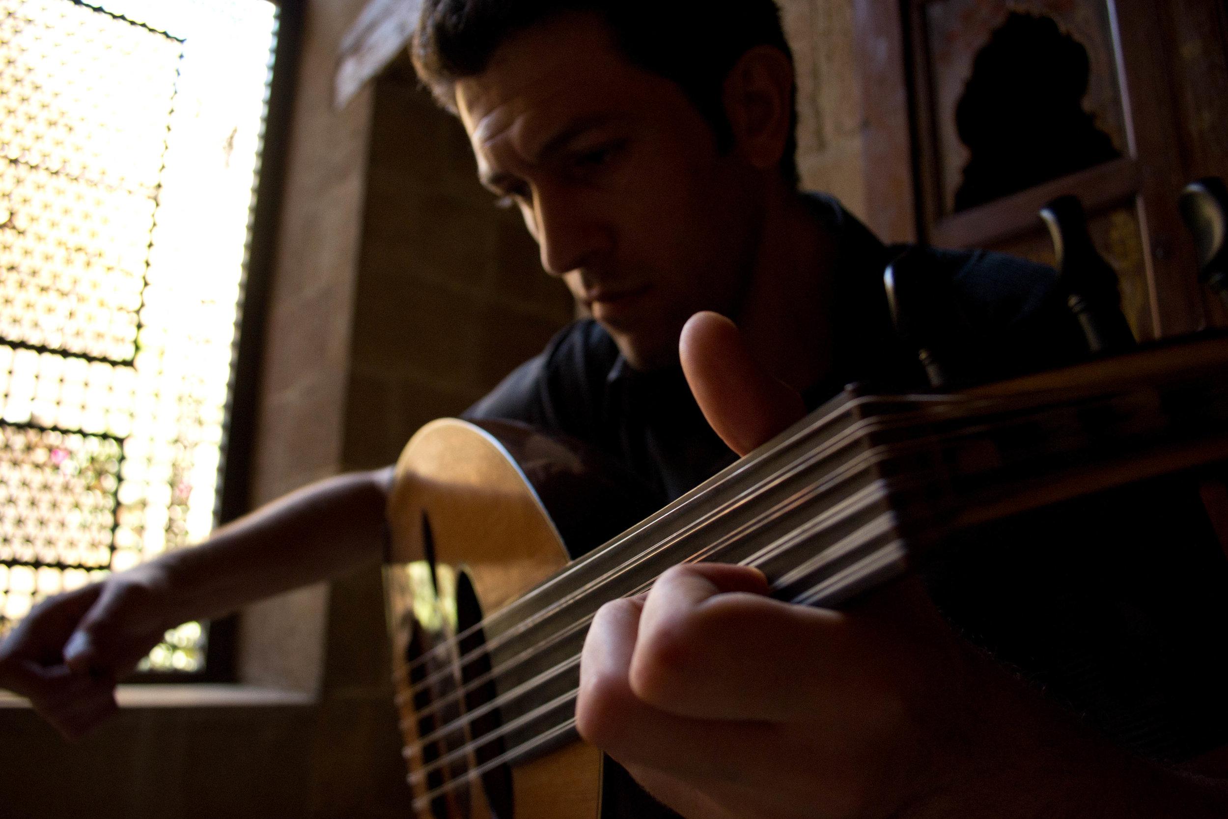 Nabils flugt - En fortælling i syv kapitler om en syrisk musikers flugt til Europa. Jeg fulgte ham fra hans forberedelser i Kairo til hans ankomst i Berlin.
