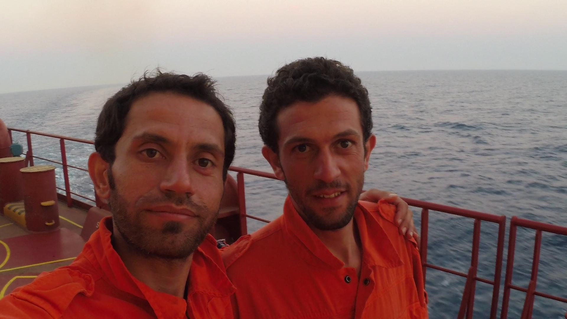 Nabil og Rami er kommet ud af deres beskidte tøj og har af besætningen på skibet fået lov at iføre sig deres kedeldragter. Foto: Angela Al Souliman