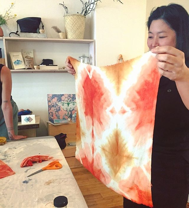 I love this shot from one of the last dye workshops. I'm kind of a broken record about keeping an open mind when experimenting with shibori and tie-dye techniques, because it leaves room to be amazed by whatever comes through, like this magic! Next dye workshop is in my GARDEN, next Friday evening just before the full moon! 🌝