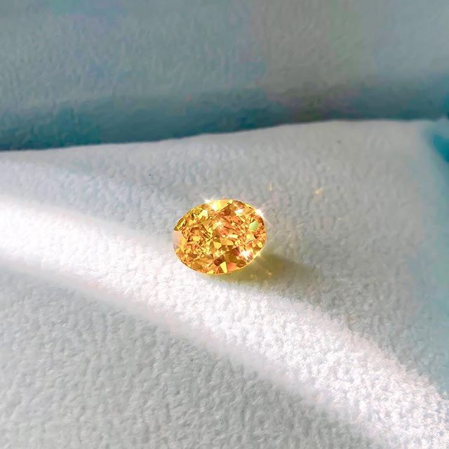 Starting Monday off with a bang 💥 This little golden nugget 🔶 came across my desk today...one of only a handful of Vivid Orange-Yellow diamonds in the world!  3ct+ in weight...one of a kind!!😱✨🧡 💎 • • • #Gem #Orange #Diamond #Oval #Bespoke #Beauty #Design #Style #Instarings #GIA #Diamondring #Bridal #She_saidyes #Thecaratclub #Theknotrings #Gemhuntrings #Vibesjewelery #Finejewelry #Elegance #Privatejeweler #Wholesale #Highend #Luxury #Love #Picoftheday #Fire #Bling #Brilliance #NYC #ASDgems