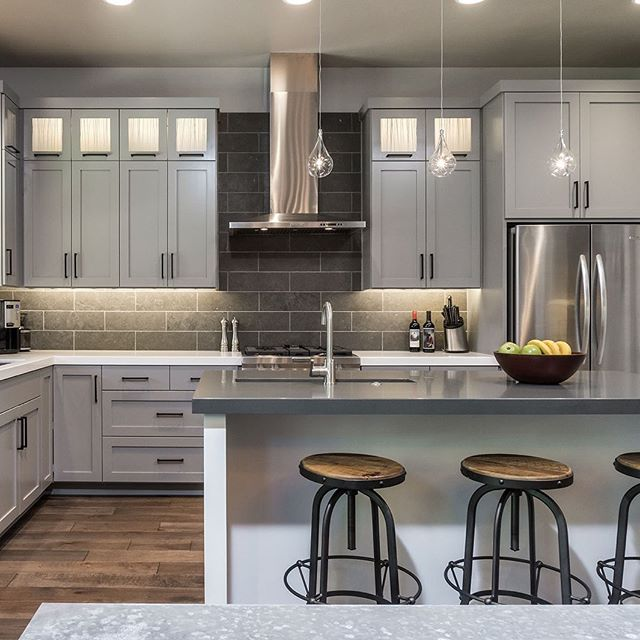 Cool kitchen vibes 👏🏻 if you've been wanting some virtual design help in your space, that's what we are here for! What's a room your dying to remodel?