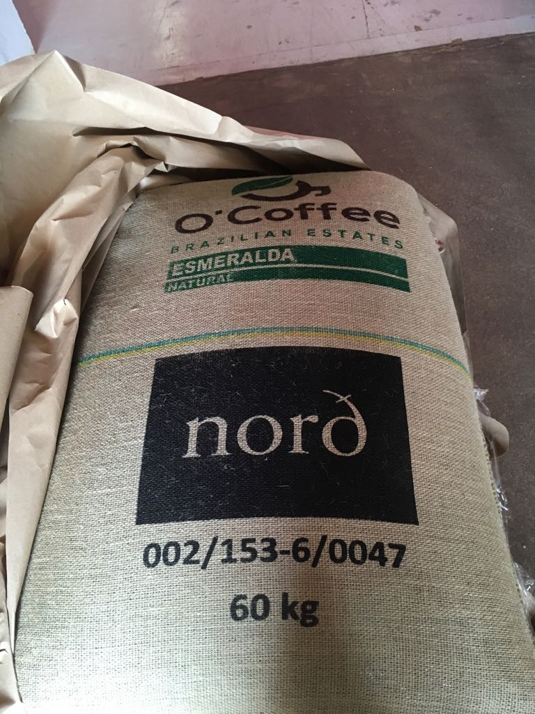 Kaffen vår merkes på gården i Brasil