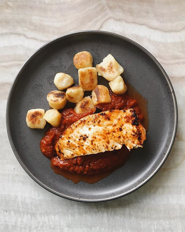 When your dads favorite thing to do is go fishing so you always have fresh fish 😍. Does anyone else love white fish with marinara? Is that weird?? 〰️ On my plate I have fresh wild caught pan seared halibut, @traderjoes cauliflower gnocchi and tomato basil marina sauce. Talk about simple ingredients!