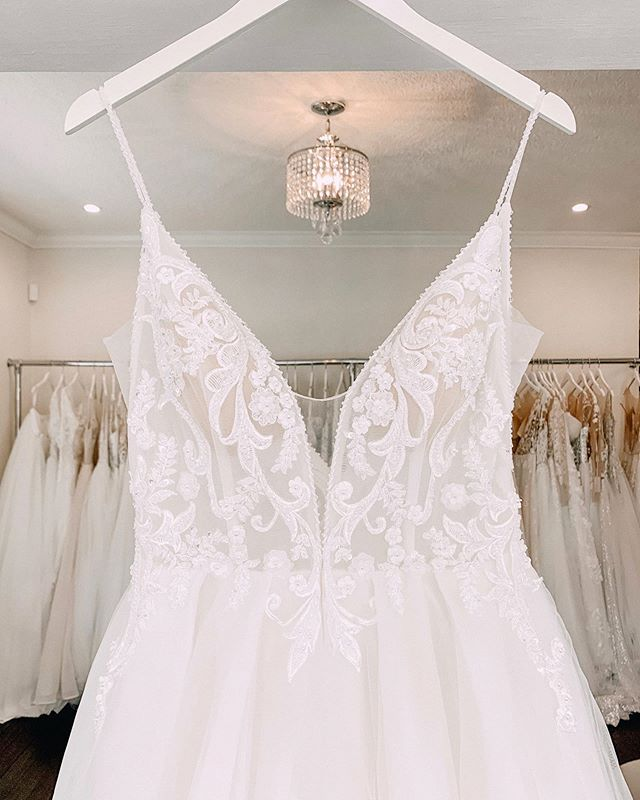 We're saying I DO to this sophisticated yet sexy neckline. 😍