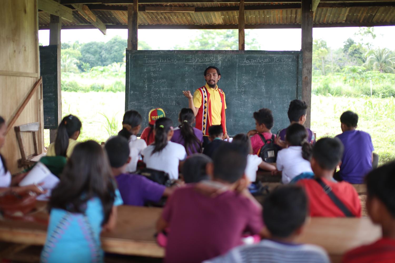 teacher-classroom-sharemeadream.png