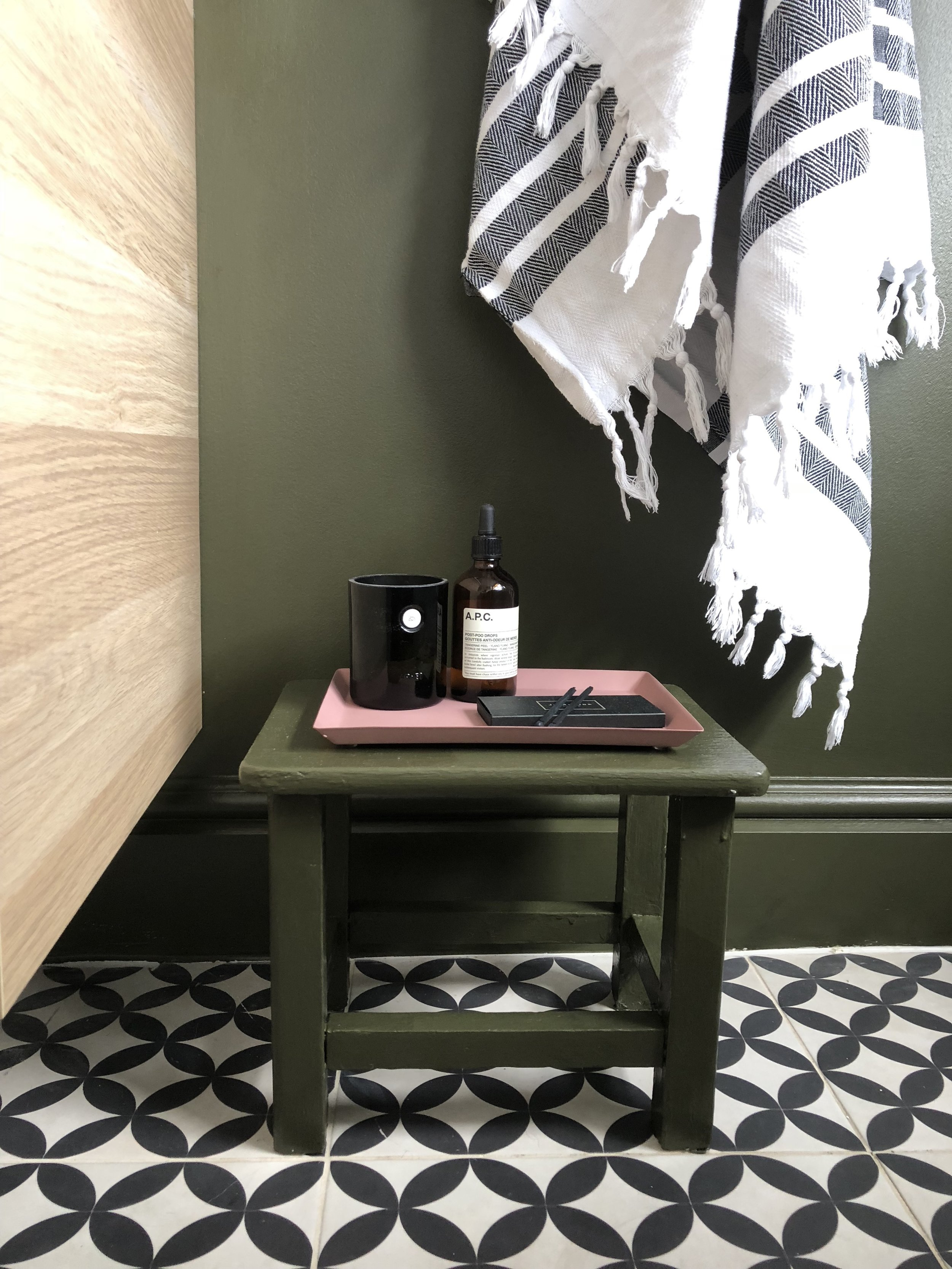 I had some of the woodwork paint left over so I couldn't resist updating this little stool in the same colour. It looks perfect with this H&M Home pink tray and my Arket candle and of course Aesop's Poo Drops!