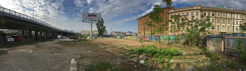 Městský prostor, kde se nachází Manifesto Market, leží na pomezí Nového města a Karlína