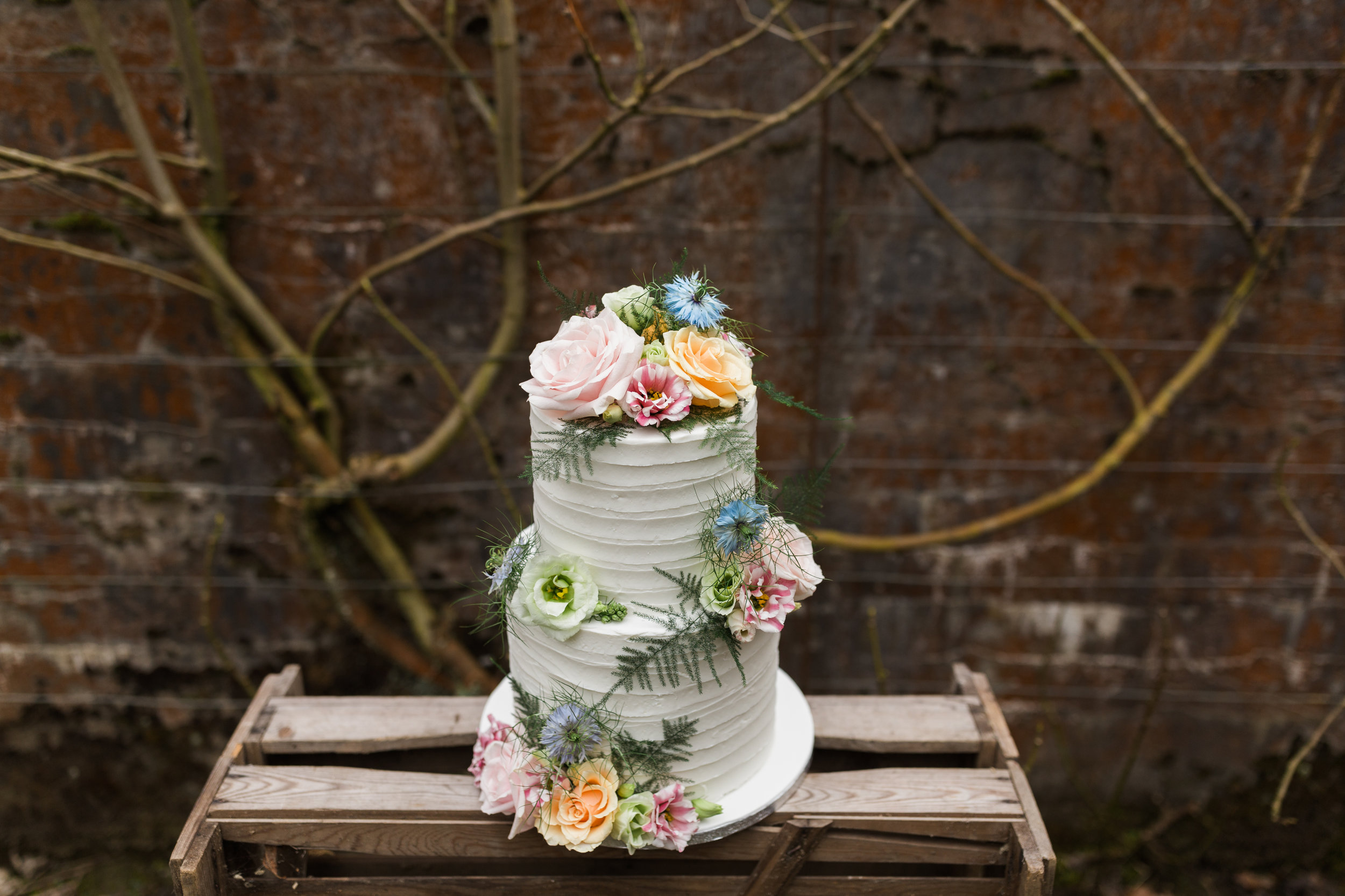 It's always fun dressing a cake with flowers! | EnaMay Photography.