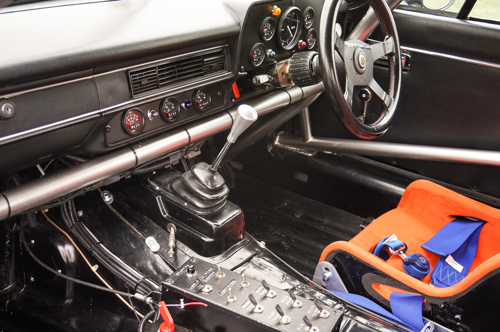 jaguar_twr_xjs_walkinshaw_wilkinson_sayer_selection_scragg_interior_console_steering_wheel.jpg
