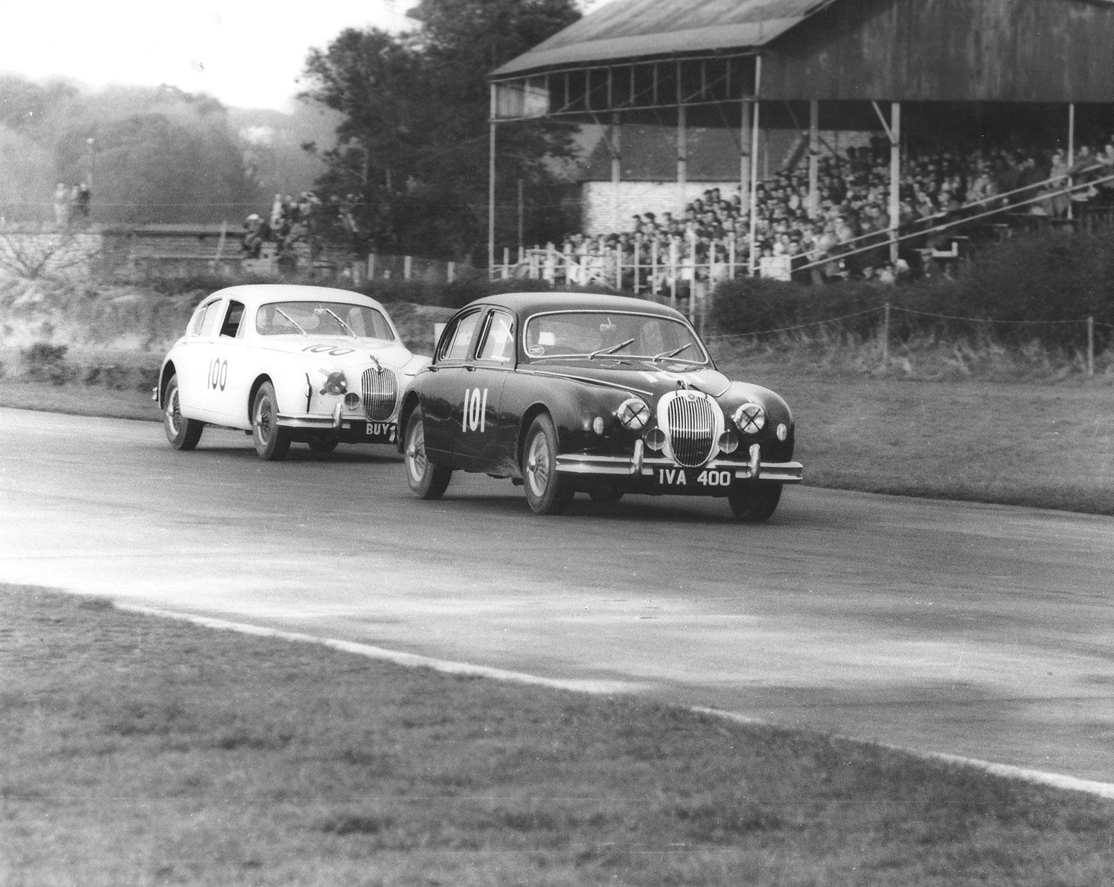 IVA 400 Goodwood Faster 1959 Bueb Leads Salvadori web.jpg
